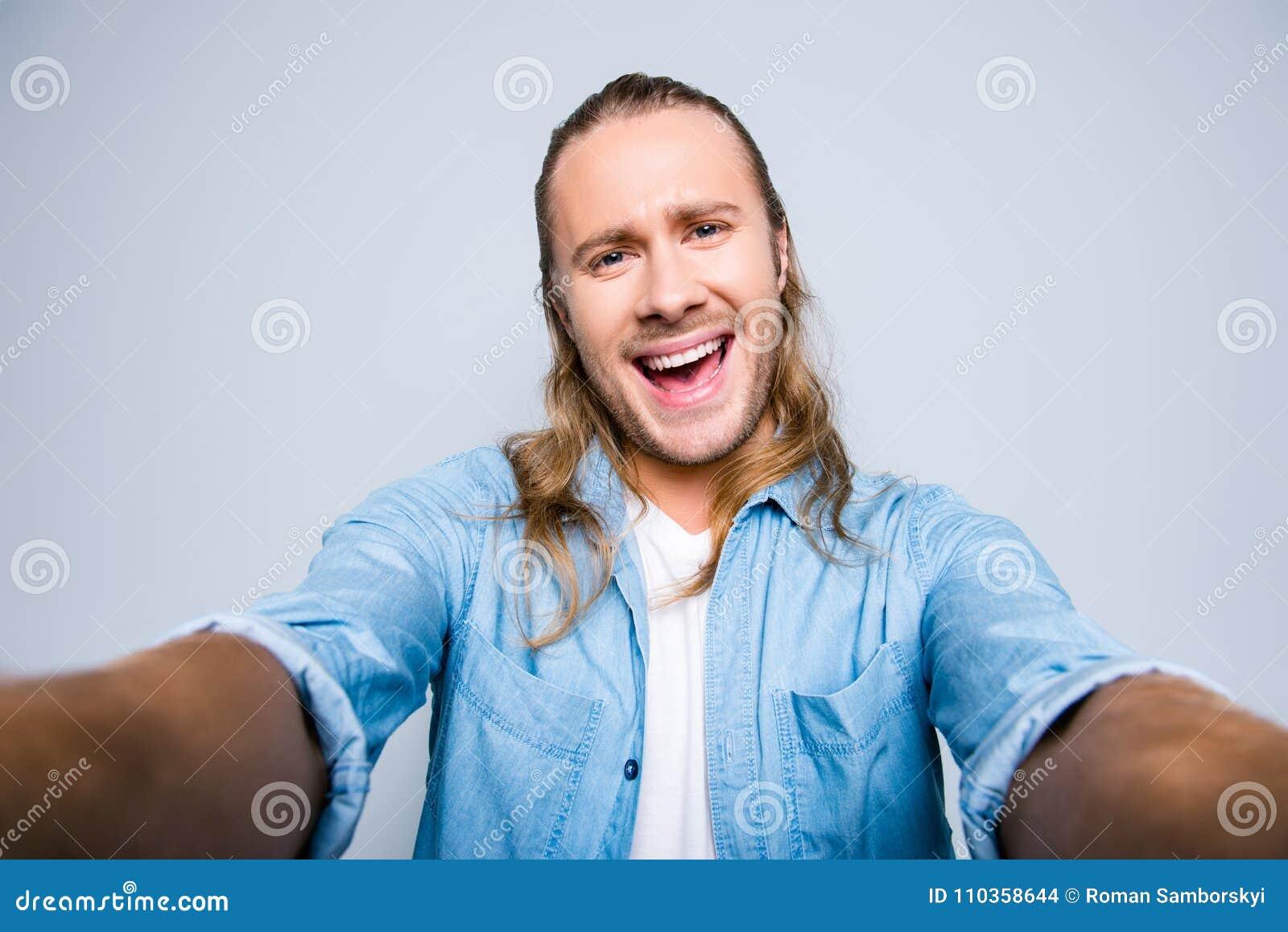 Jaźń portret atrakcyjny, śliczny, śmiający się, krzyczący, screamin