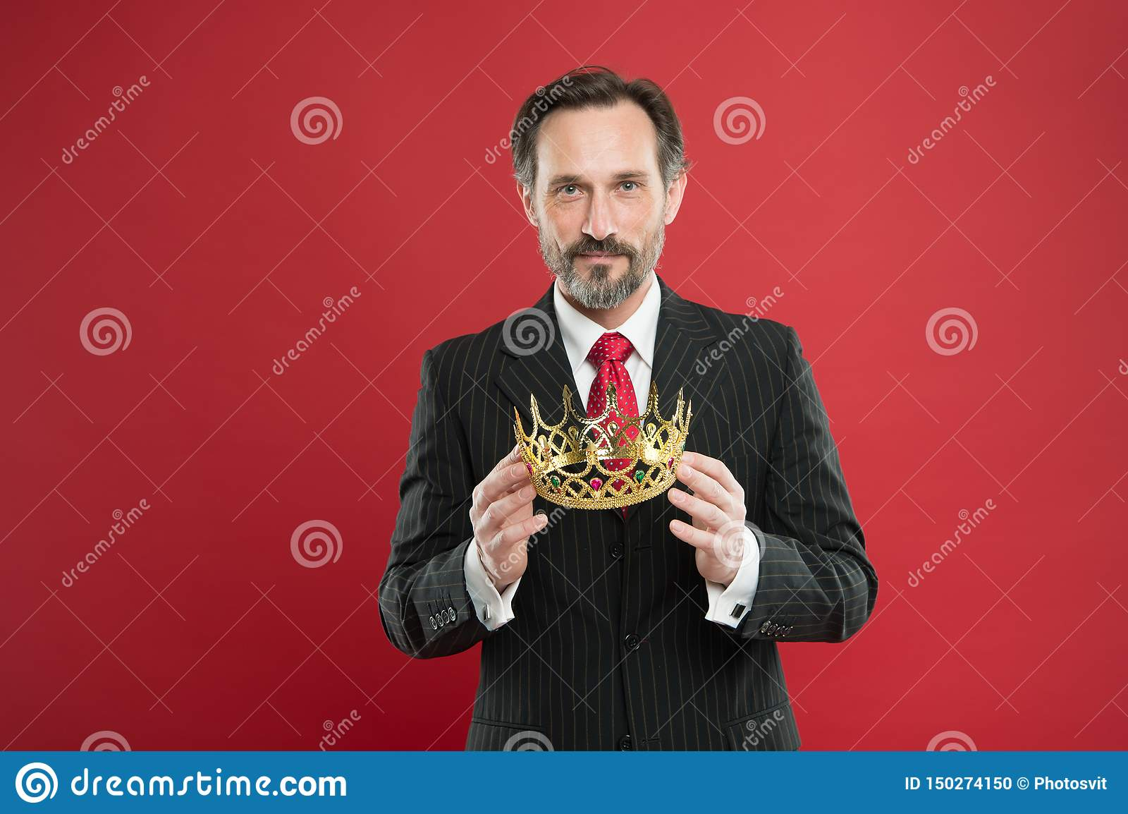 Ja jest jego dumnym przechwałki źródłem duma Dumny biznesmena mienia korony klejnot z dumą na czerwonym tle dojrza?y m??czyzna