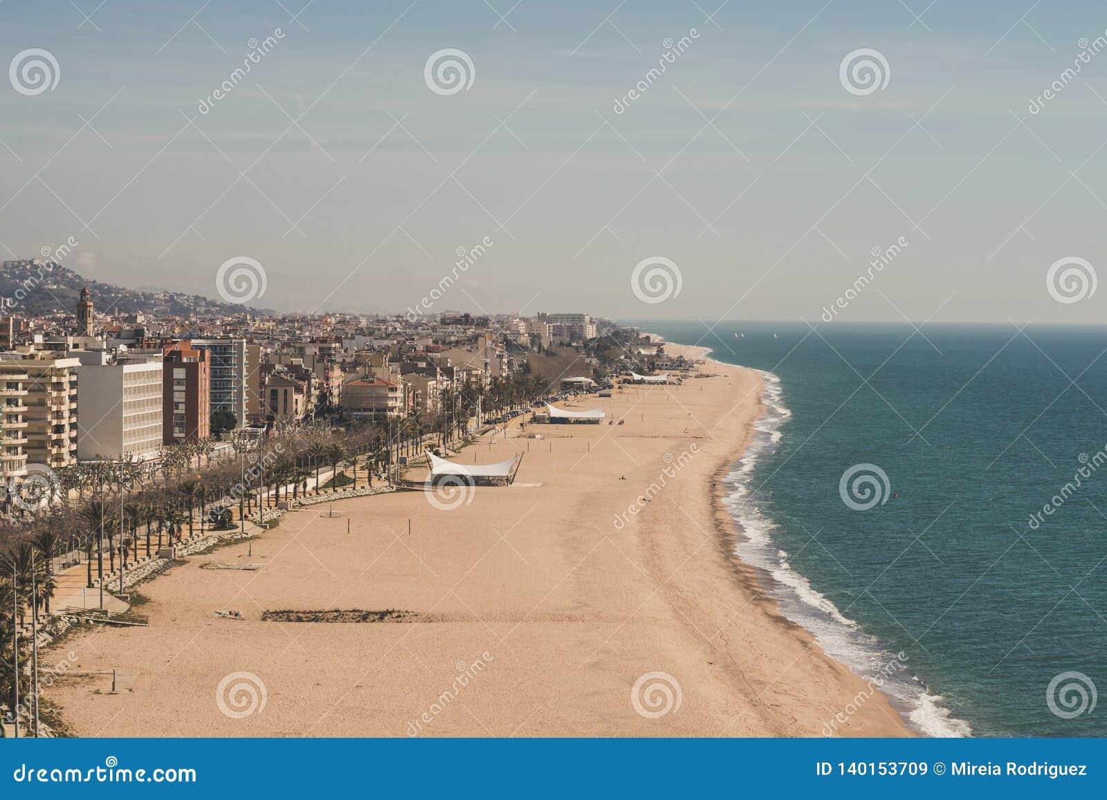 Ja jest słonecznym dniem w wybrzeżu Calella w Catalonia, Hiszpania
