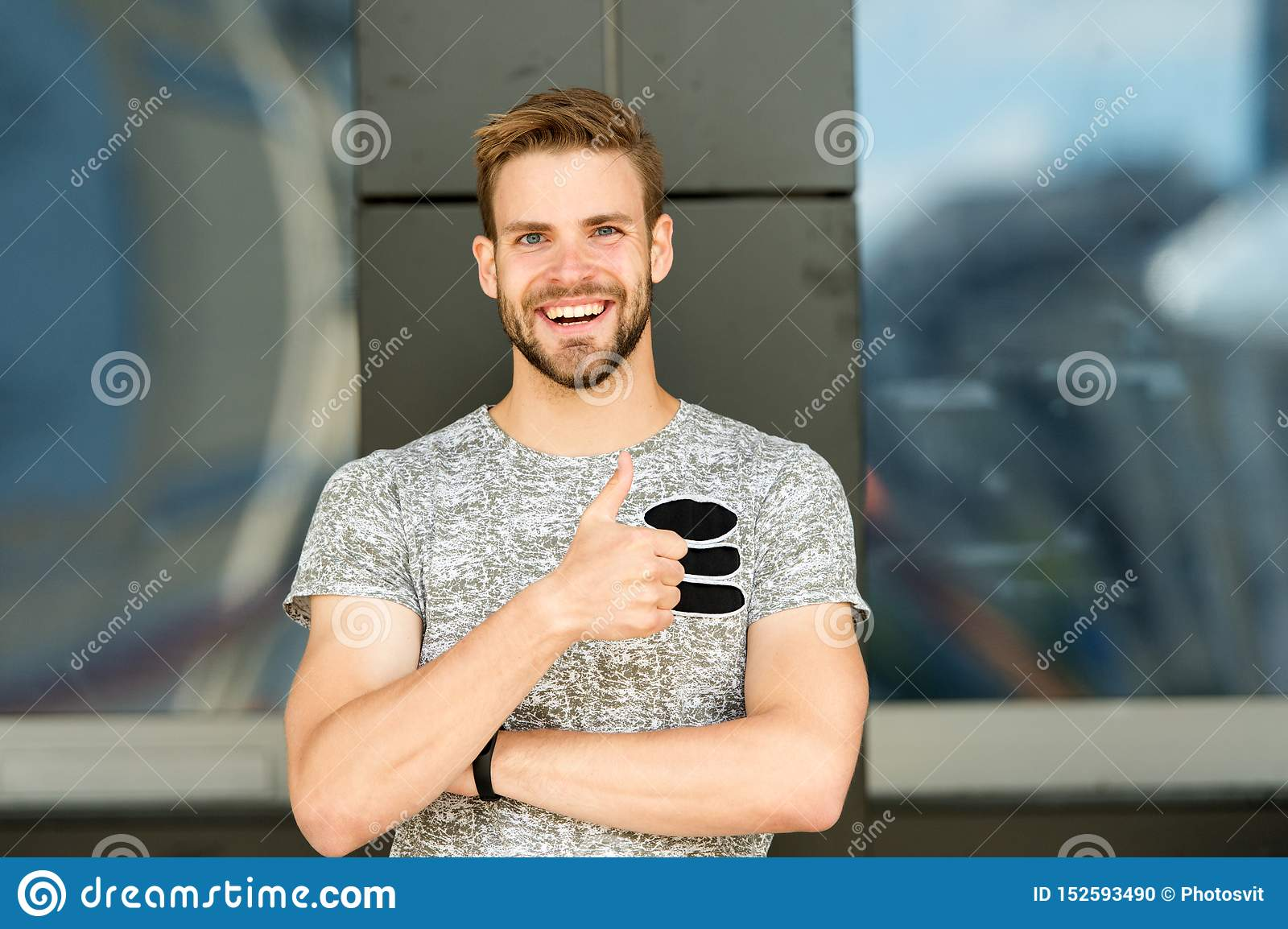 Ja lubi? ono Szczęśliwy mężczyzna gestykuluje jak przypadkowy styl w Przystojny mężczyzna ono uśmiecha się i daje jak ręka gest J