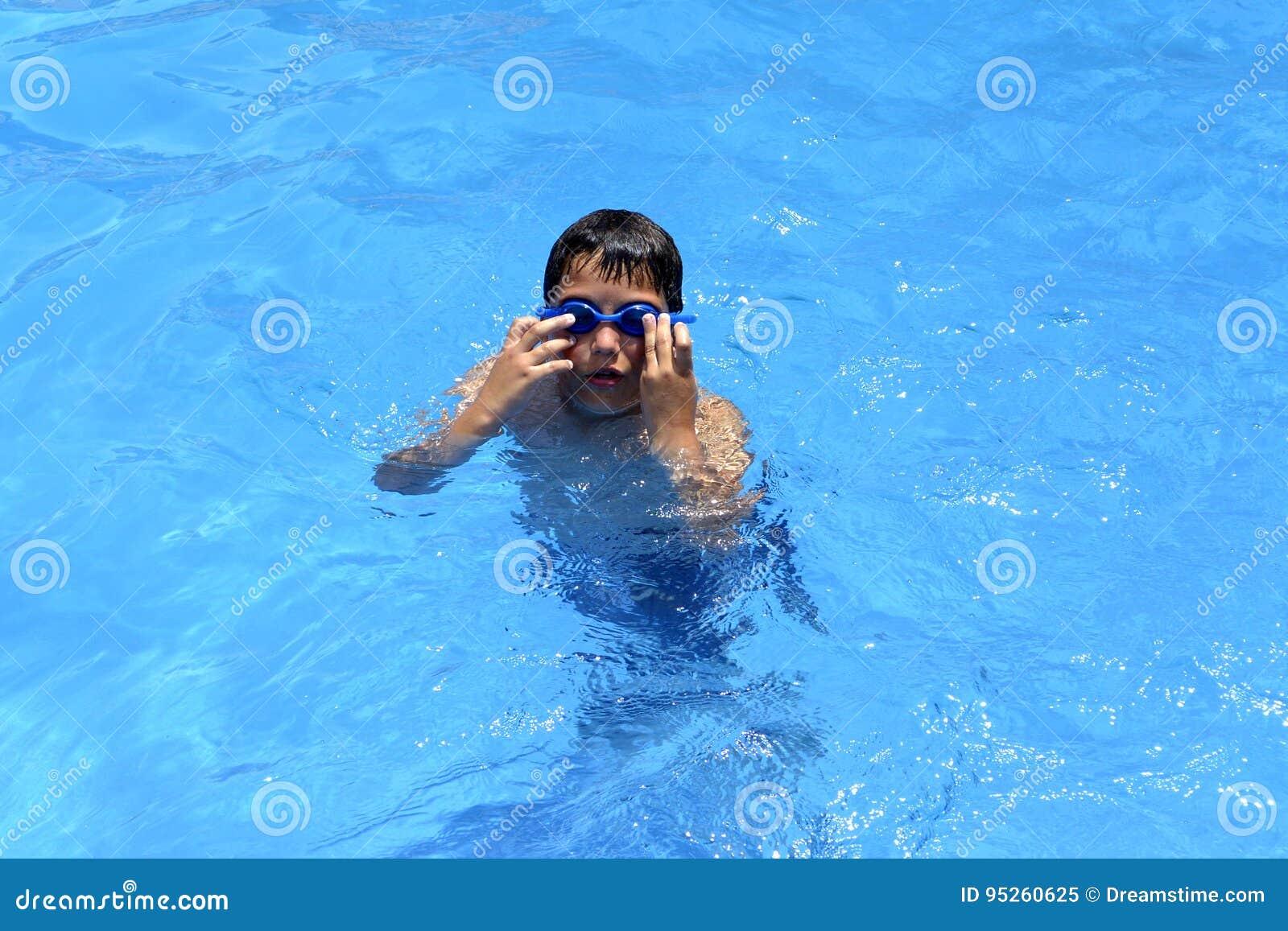 Ja ` s zabawa pływać w pływackim basenie!