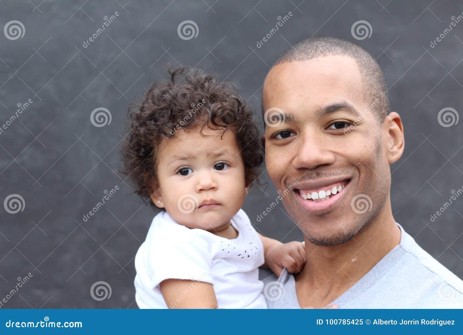 Ja target354_0_ szczęśliwy czarny ojciec i córki śliczny mały obejmowanie