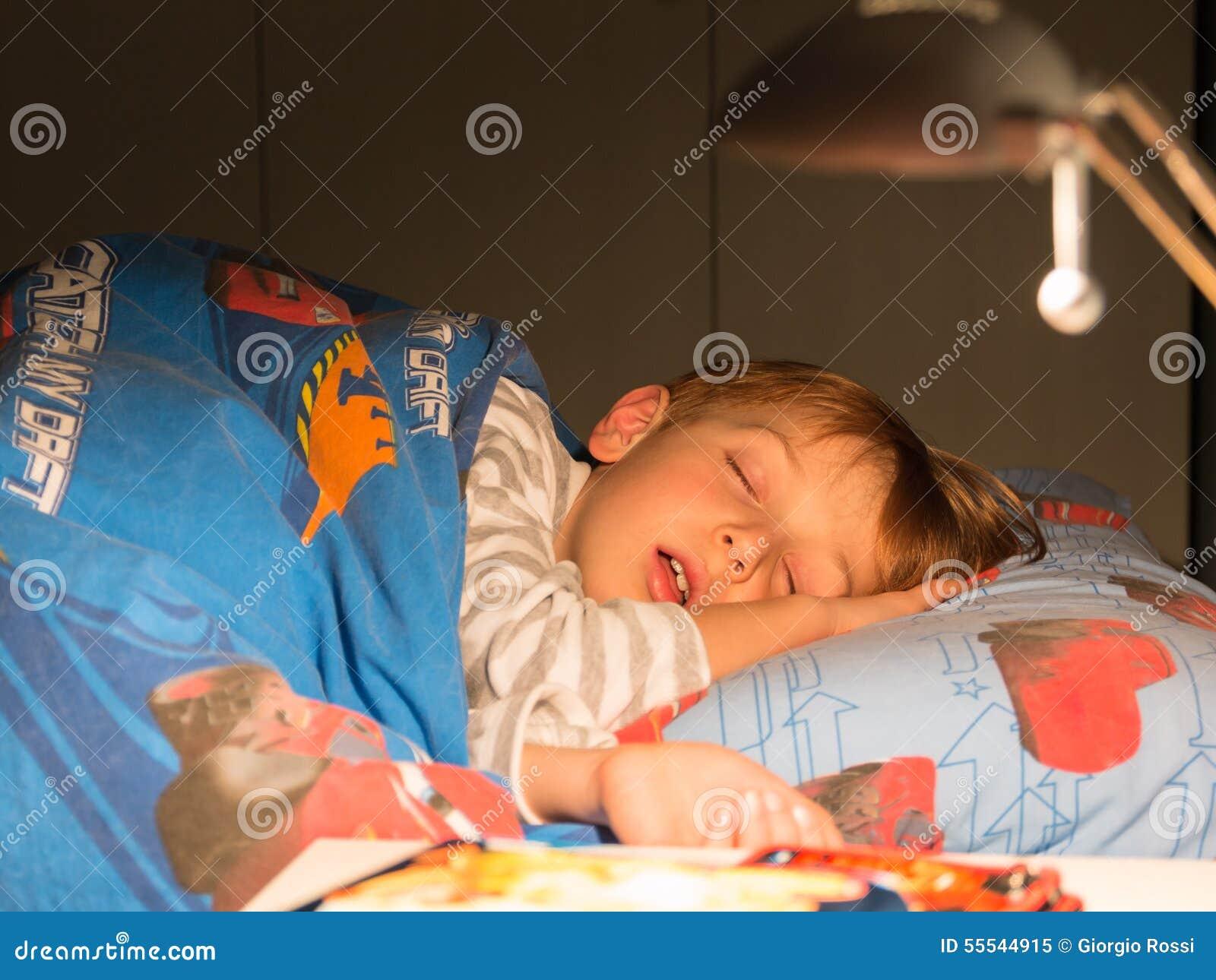 8 jaar die kind op het bed slapen; slaapkamer stock foto ...