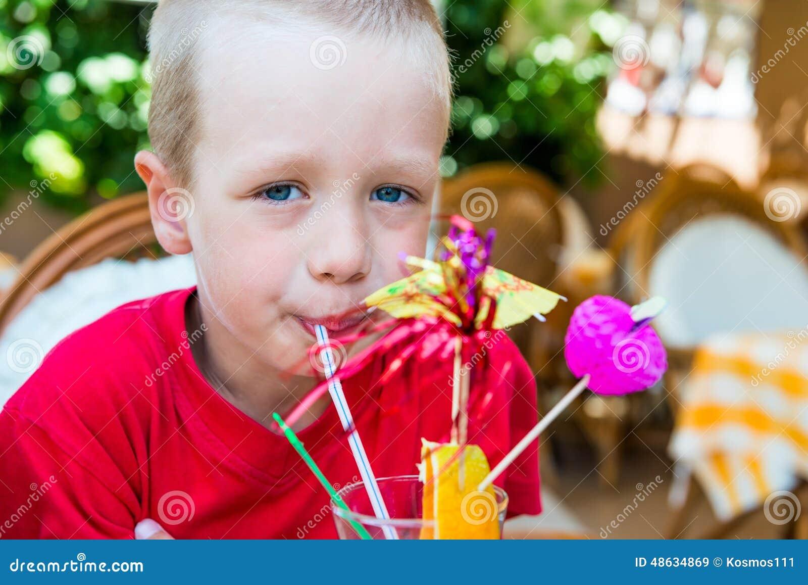 5 jaar oude jongens die een cocktail drinken stock foto afbeelding 48634869 - Jaar oude meisje kamer foto ...