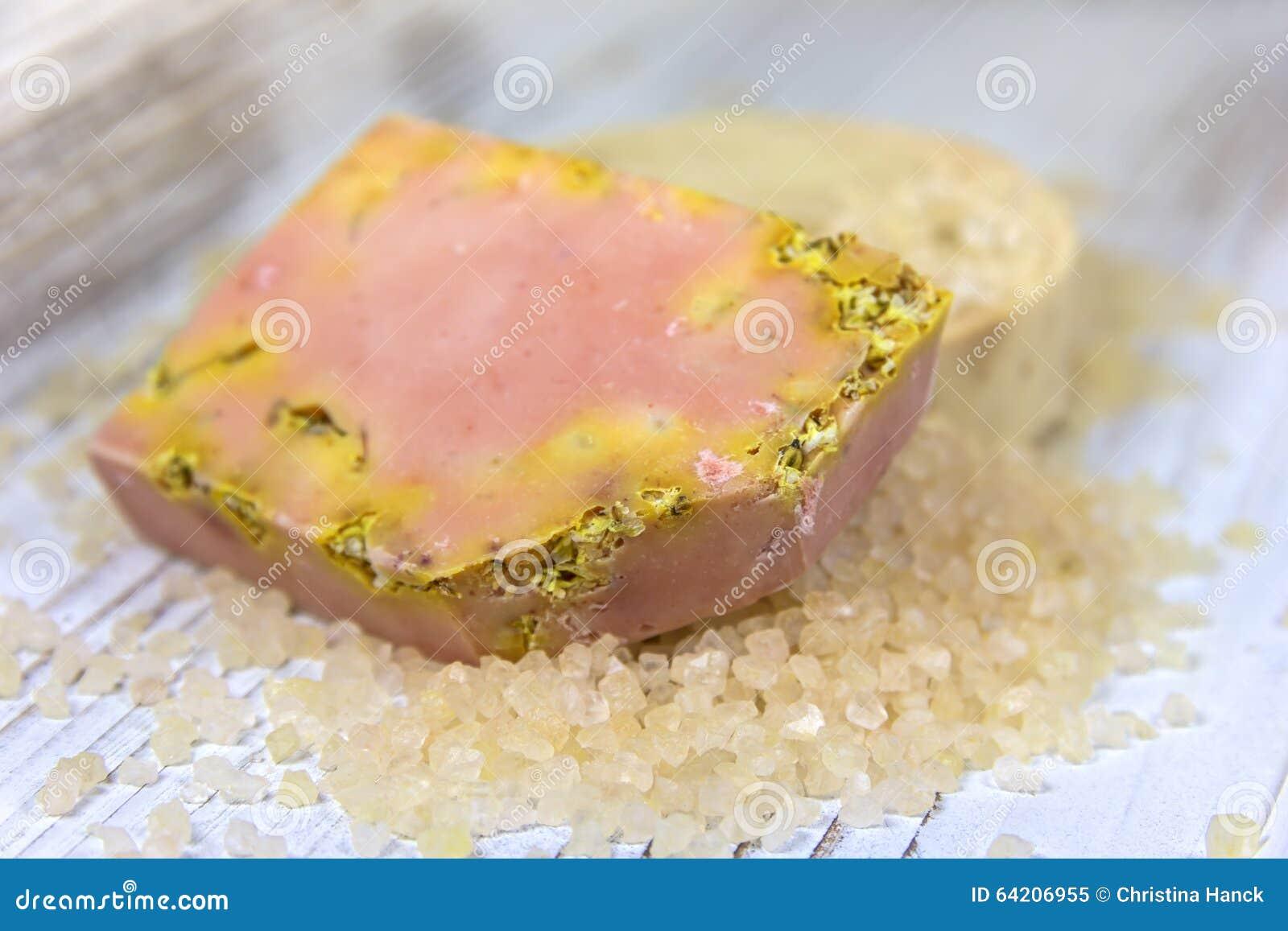 Jabón hecho a mano con los ingredientes frescos