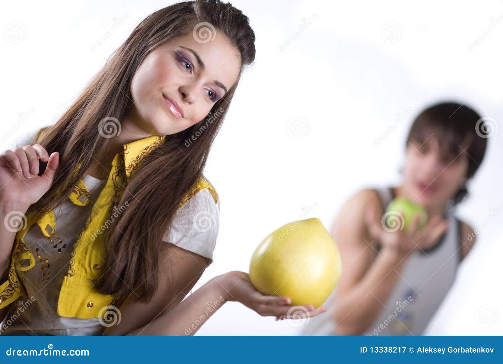 Jabłczana chłopiec owoc dziewczyna
