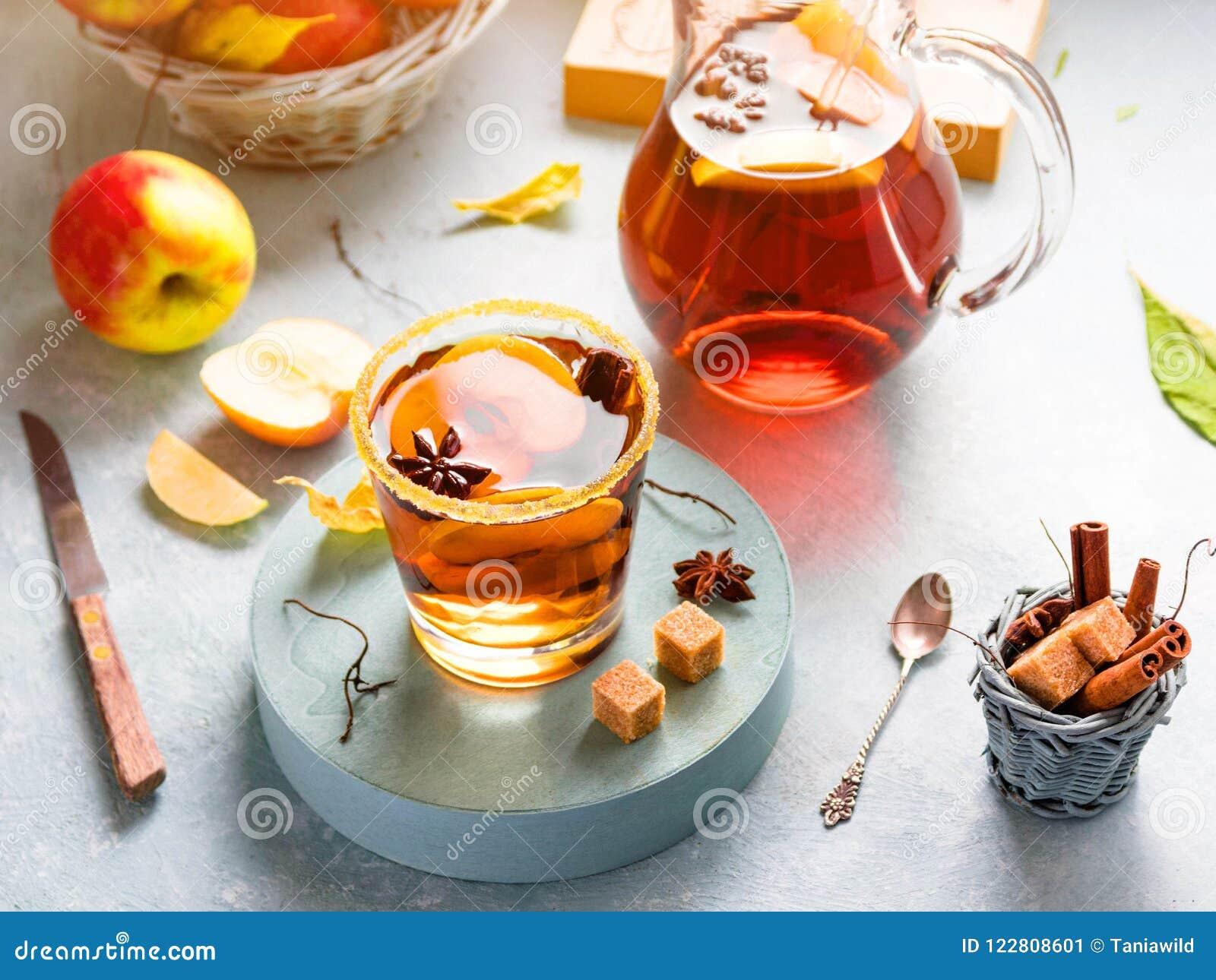 Jabłczanego cydru napój, gorący koktajl z cynamonowymi kijami i jabłko plasterki, pikantność herbaciane Jesień ranku pogodny wygo