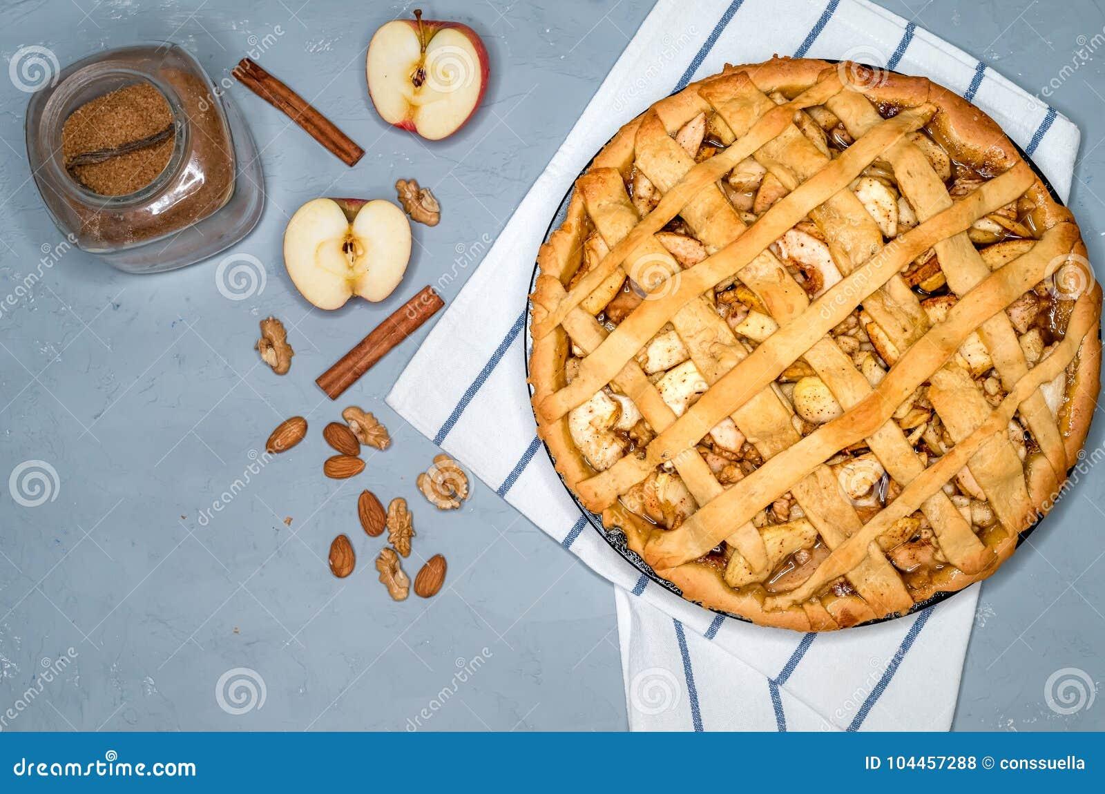 Jabłczanego kulebiaka tarta z rodzynkami, dokrętkami i cynamonem, Tradycyjny deser dla dnia niepodległości w Ameryka Wieśniaka st