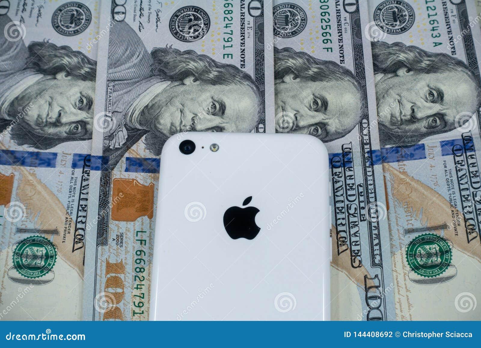 Jabłczany iphone i strategicznie umieszczający $100 rachunków