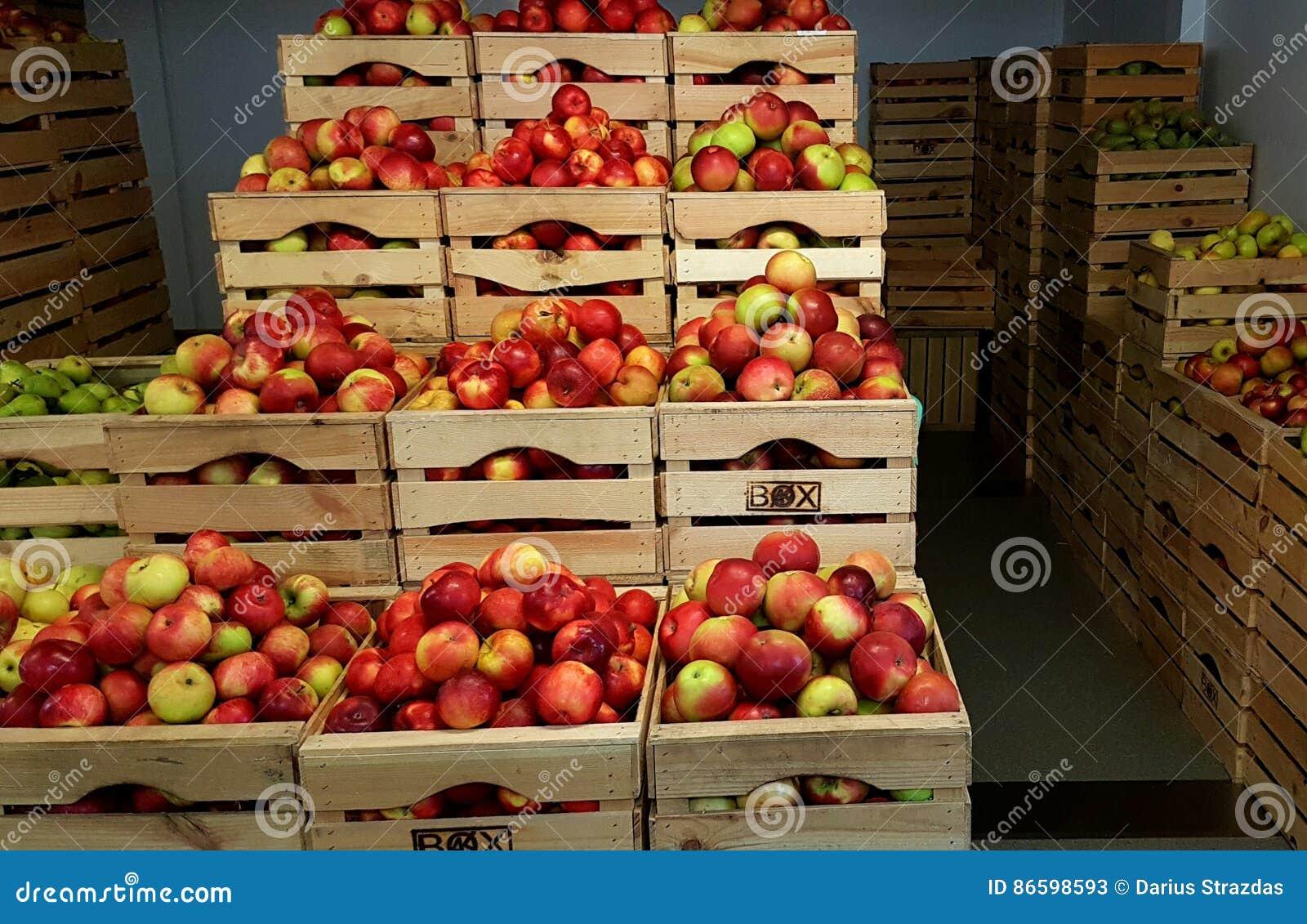 Jabłka w drewnianych pudełkach