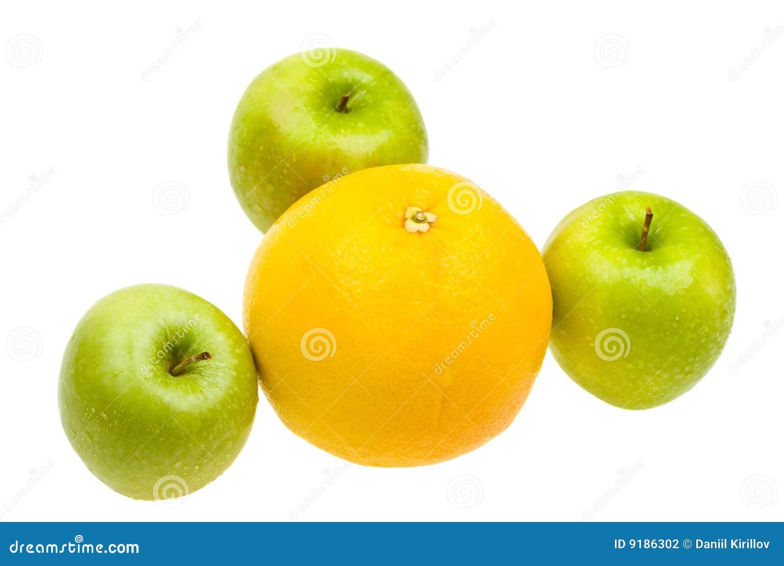 Jabłka zamykają w górę biel świeżej odosobnionej pomarańcze