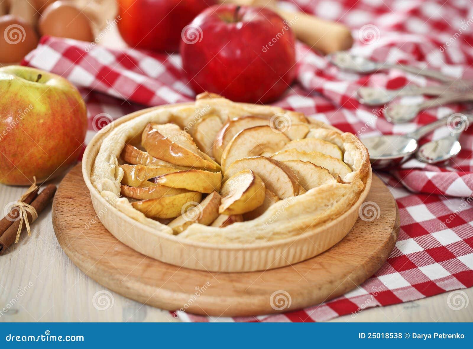 Jabłko piec świeżo domowej roboty kulebiak