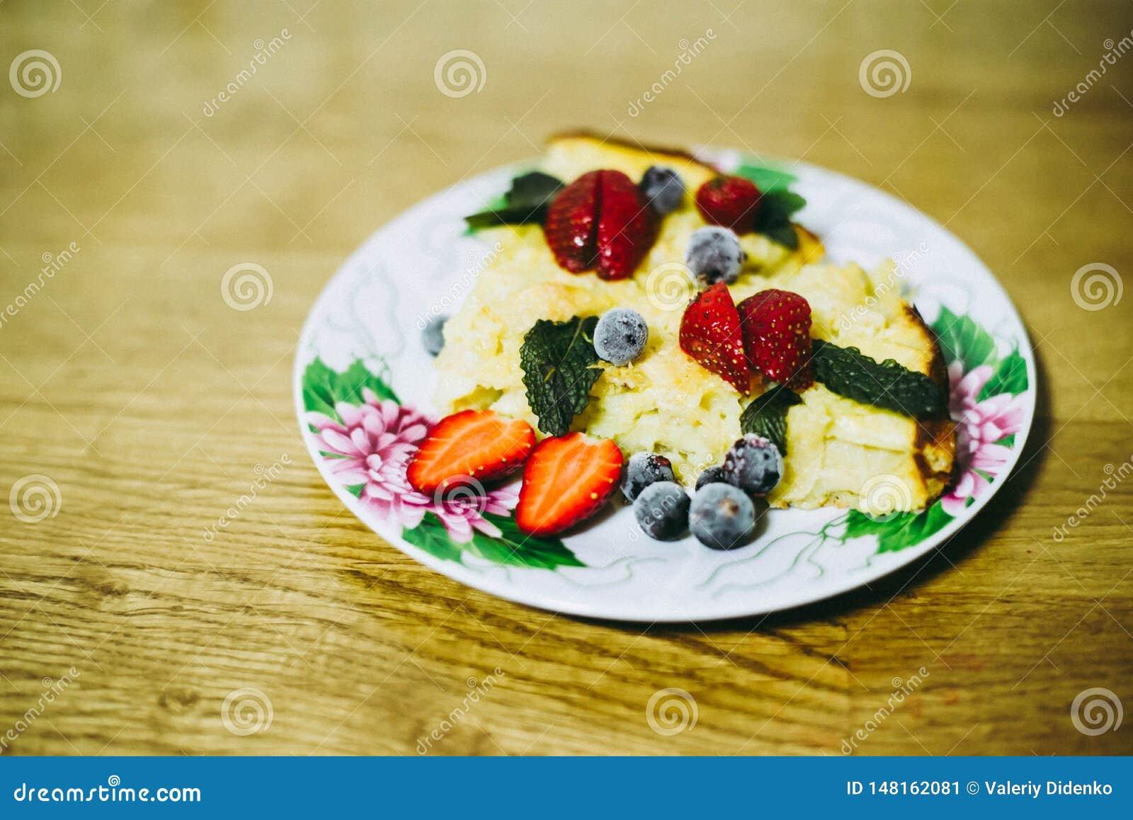Jab?czany tort z jagodami dekoruje