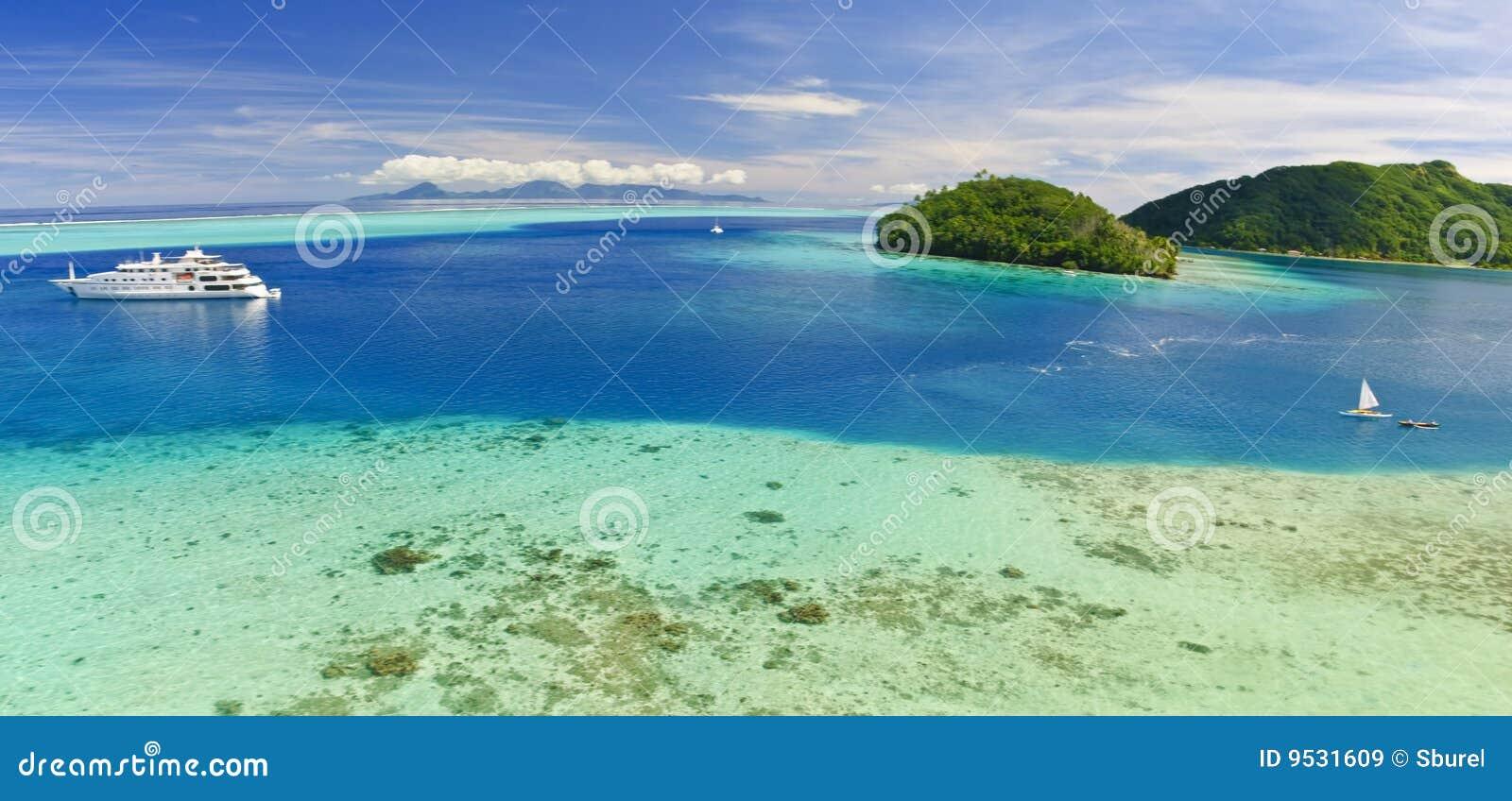 Jacht dichtbij strand op Eiland in Stille Zuidzee