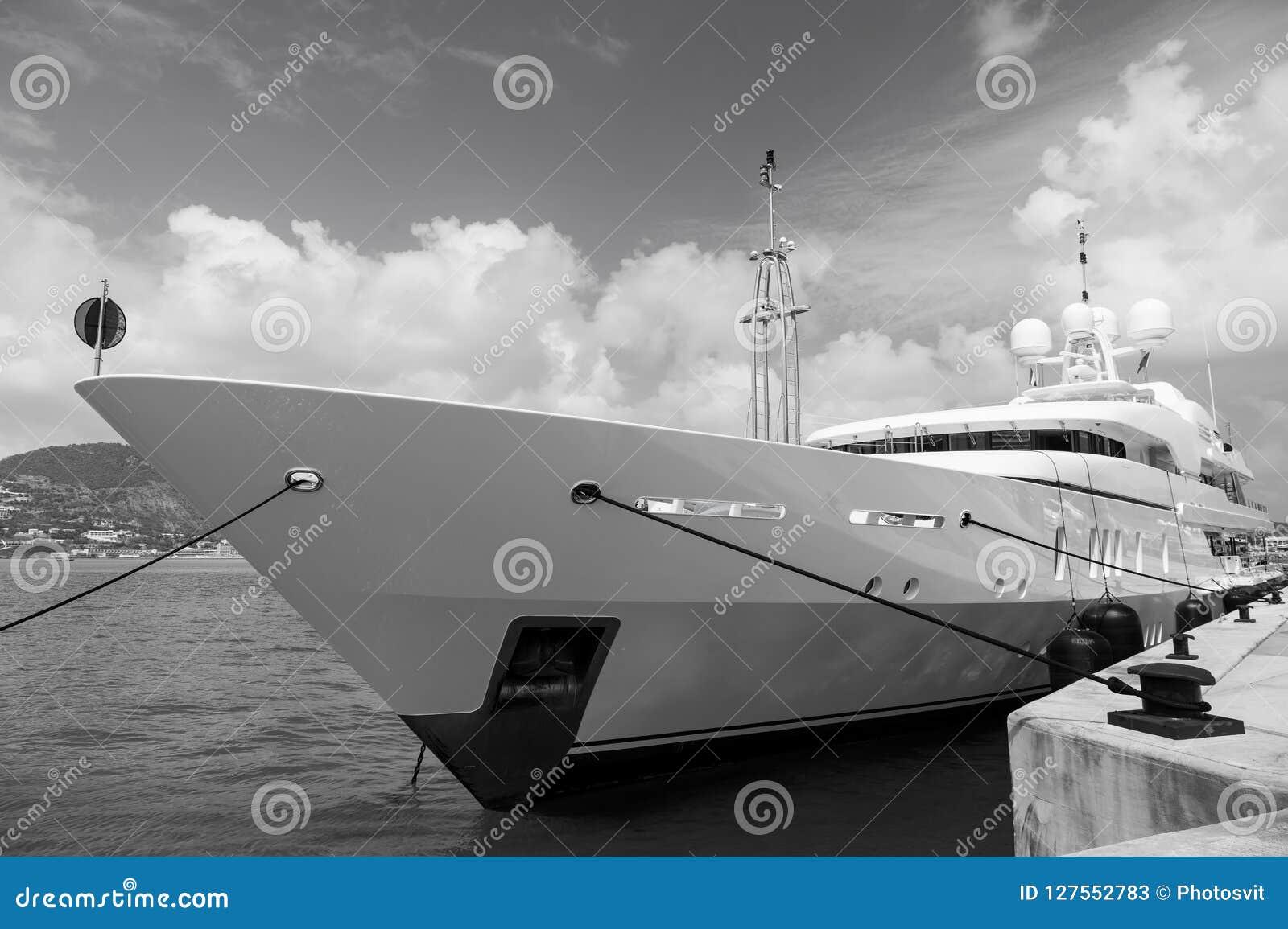 Jacht in philipsburg wordt vastgelegd, sint Maarten die Schip op overzeese pijler op bewolkte blauwe hemel Luxereis op jacht, zwe