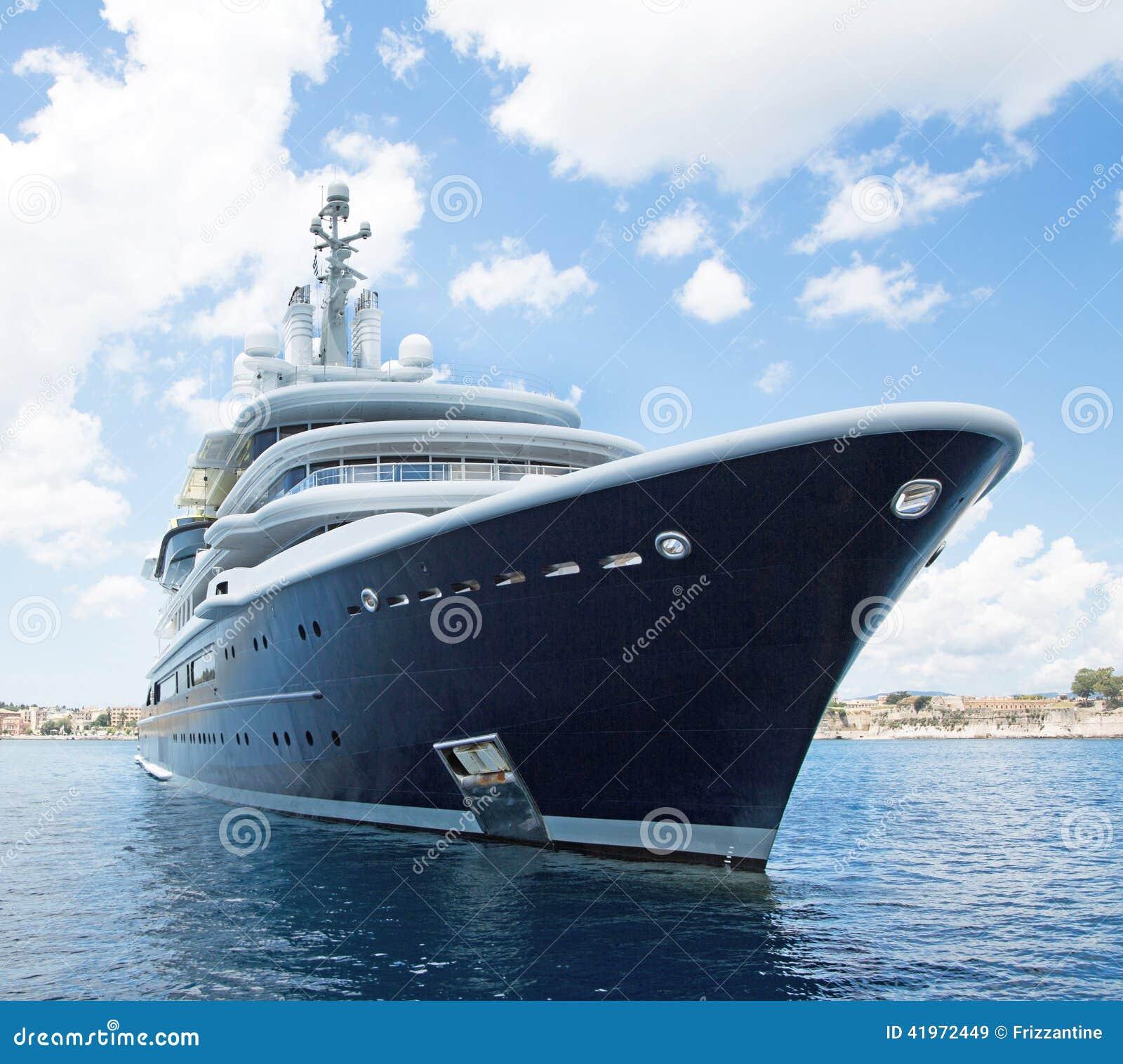 Jacht van de luxe het grote super of megamotor in het blauwe overzees