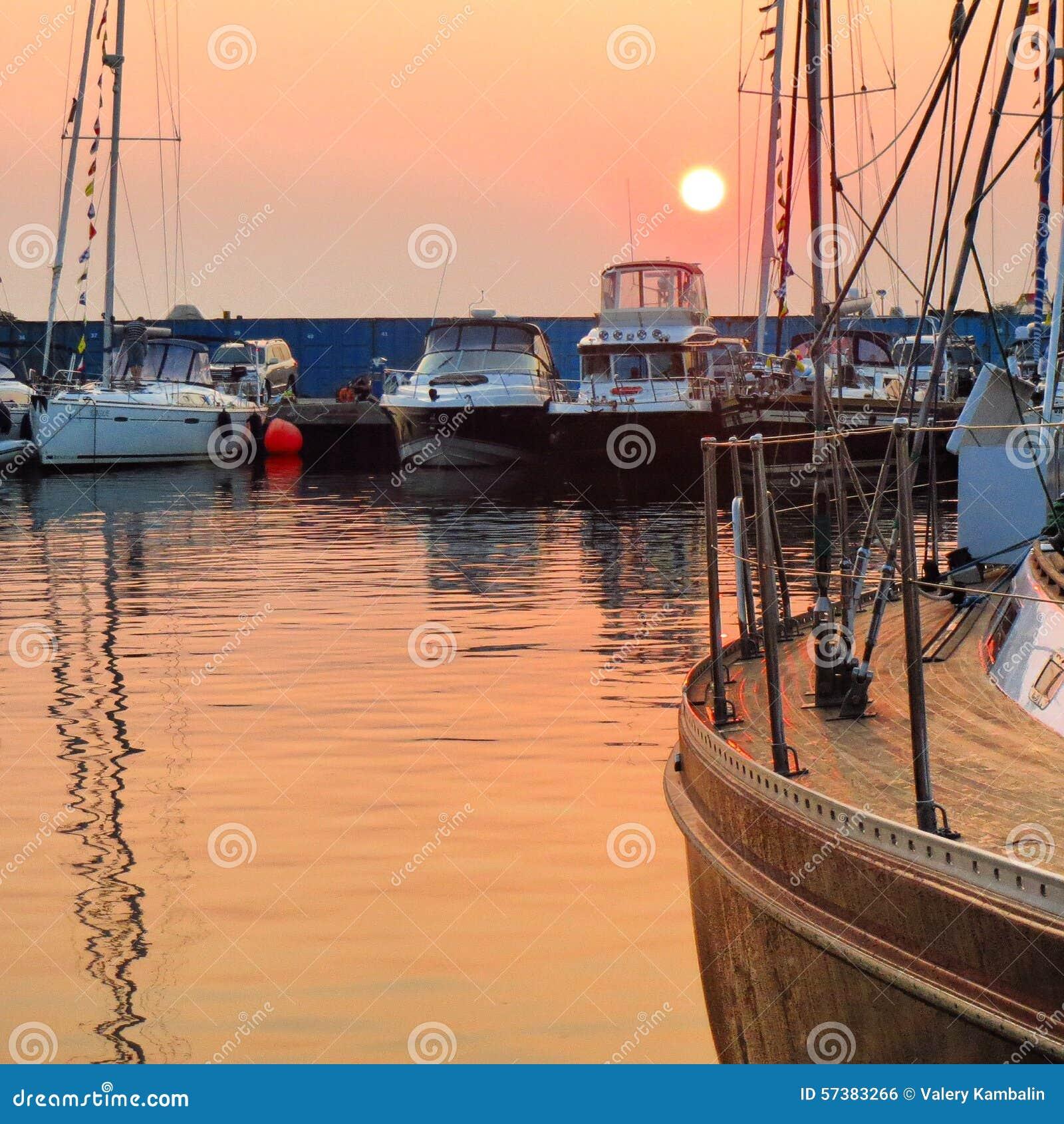 Jachtclub bij zonsondergang