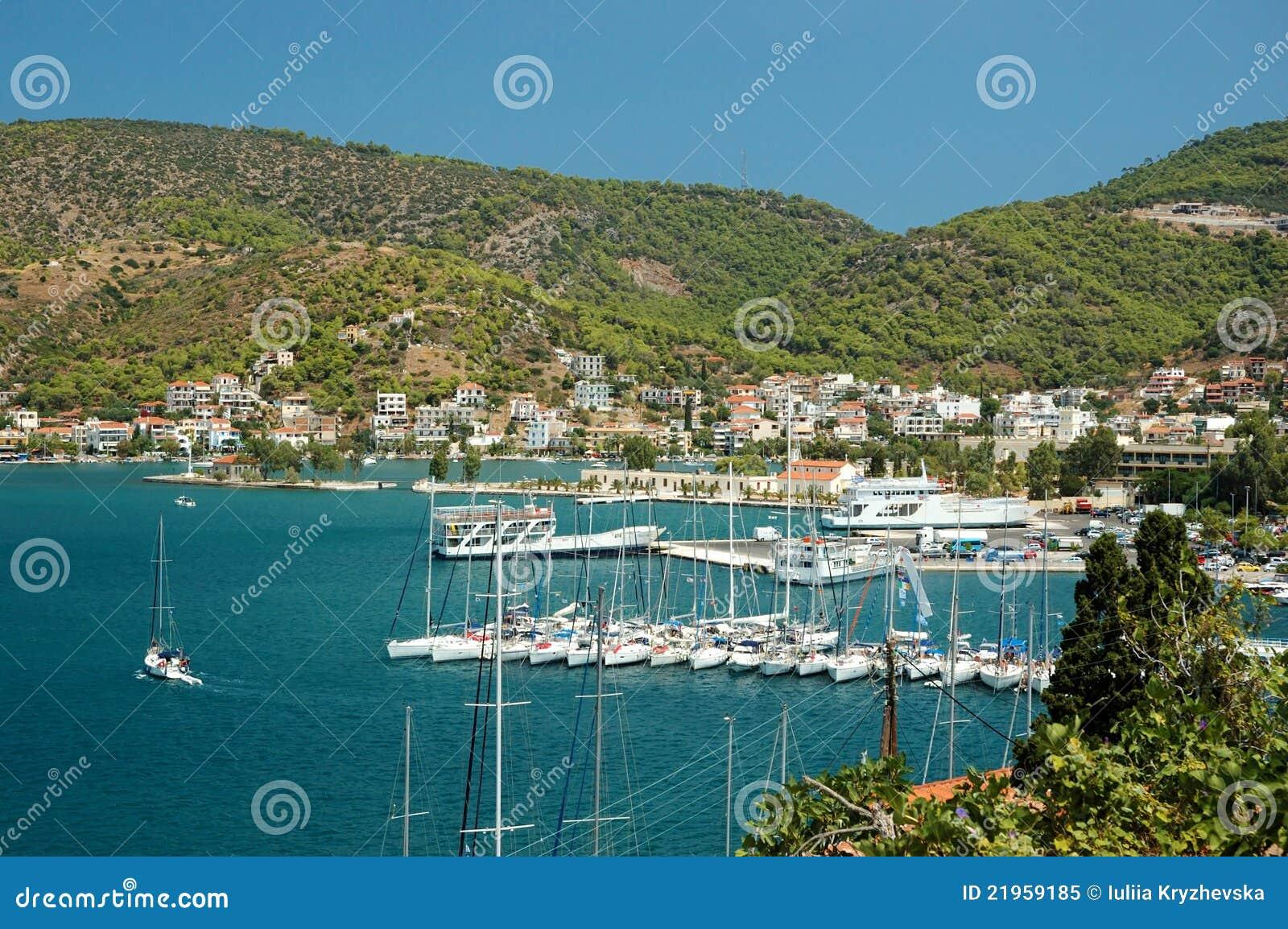 Jachthaven bij eiland Poros in Egeïsche overzees, Griekenland