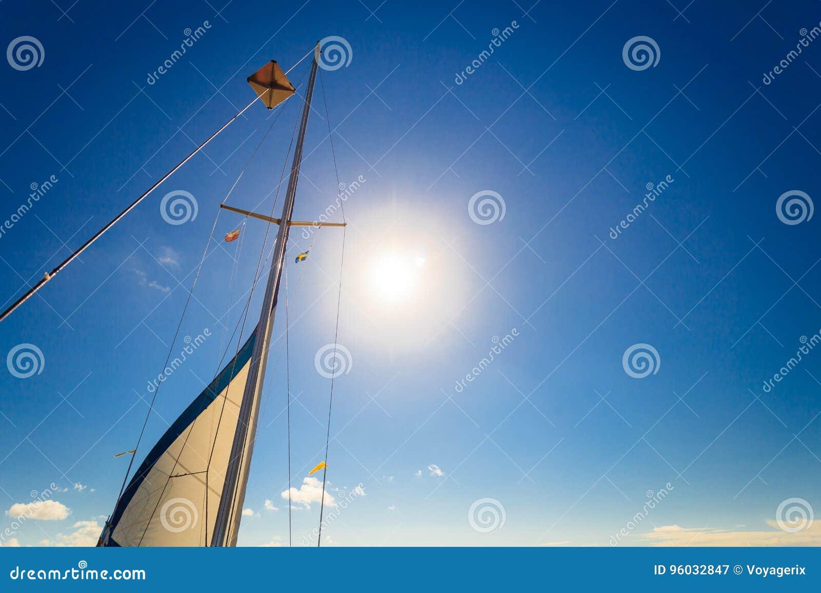 Jachting na żagiel łodzi podczas pogodnej pogody