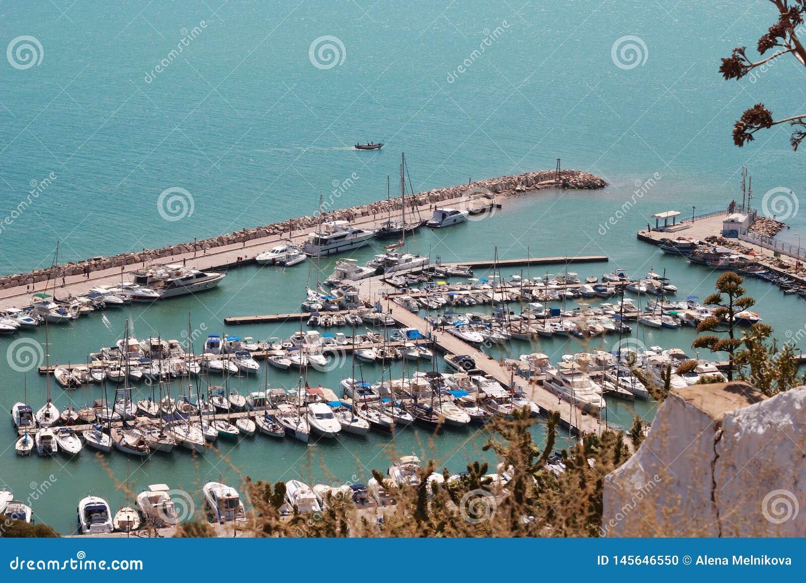Jachtu port na morzu śródziemnomorskim w Tunezja