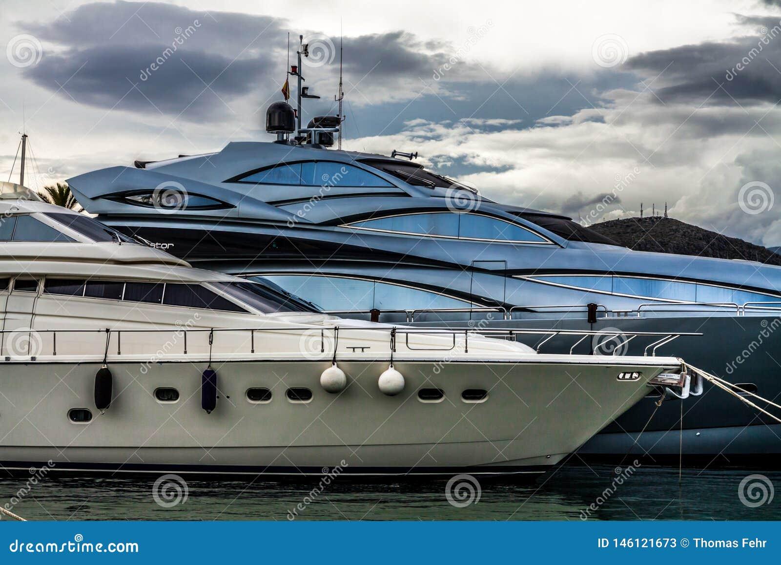 Jachty w Portowym De Alcudia, Mallorca, Hiszpania