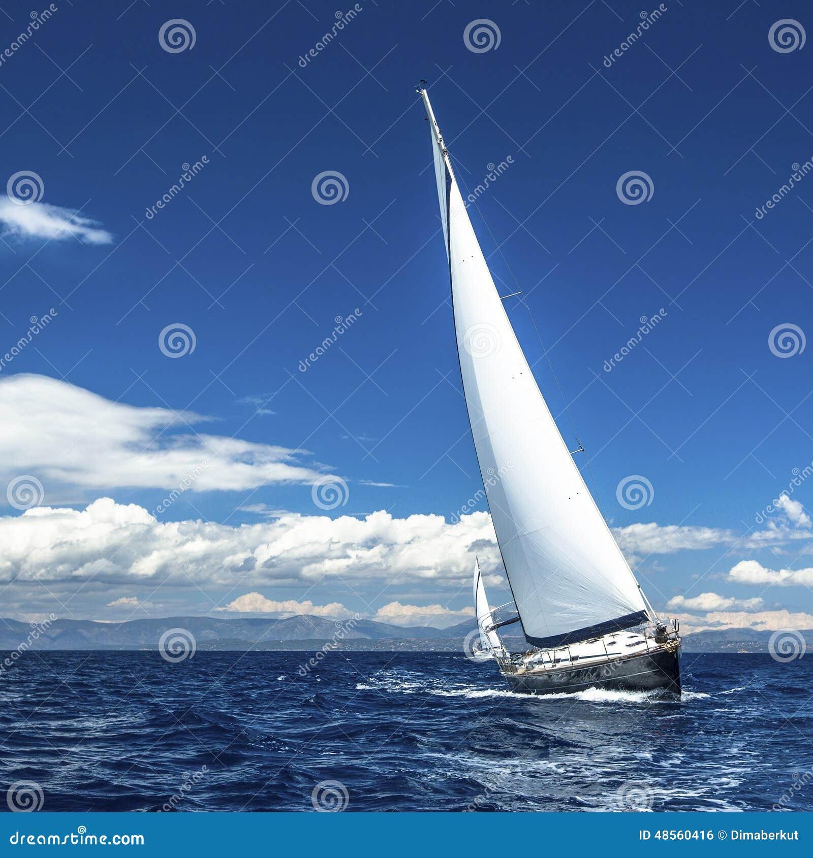 Jachtzeilen met mooie wolkenloze hemel sailing