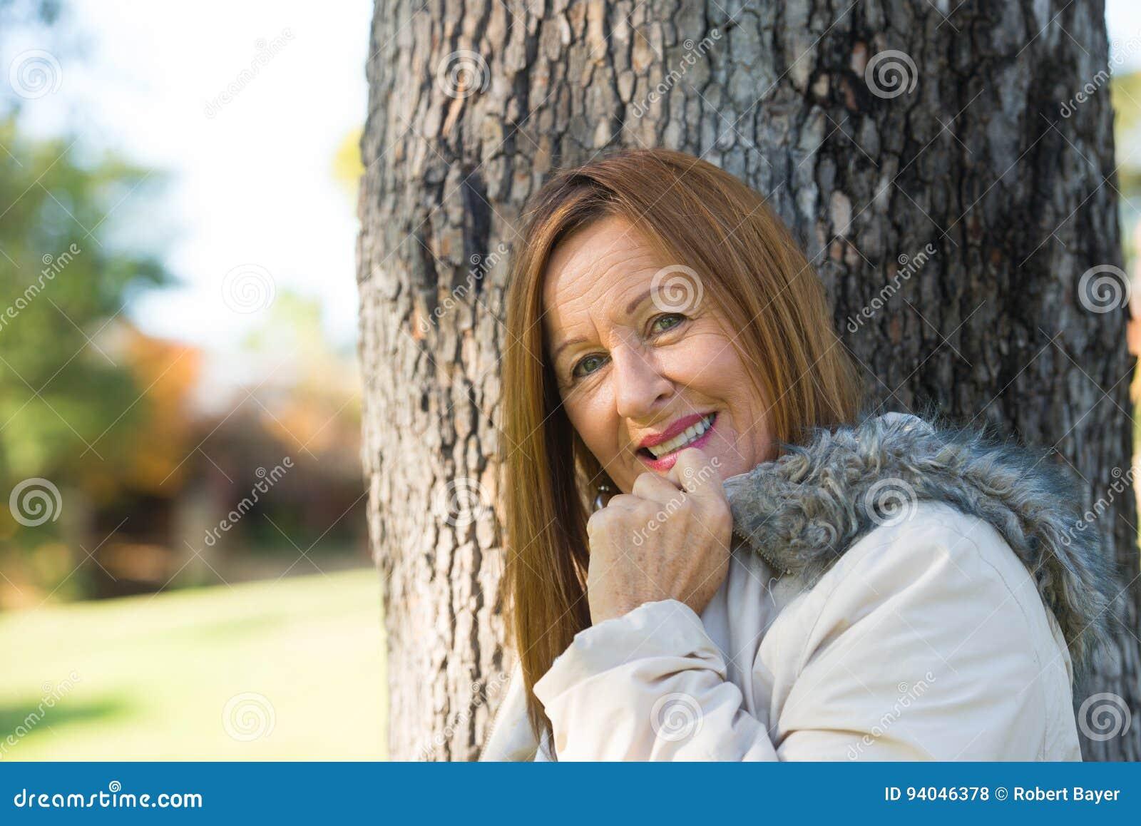 Jackte maduro amistoso del invierno de la mujer al aire libre