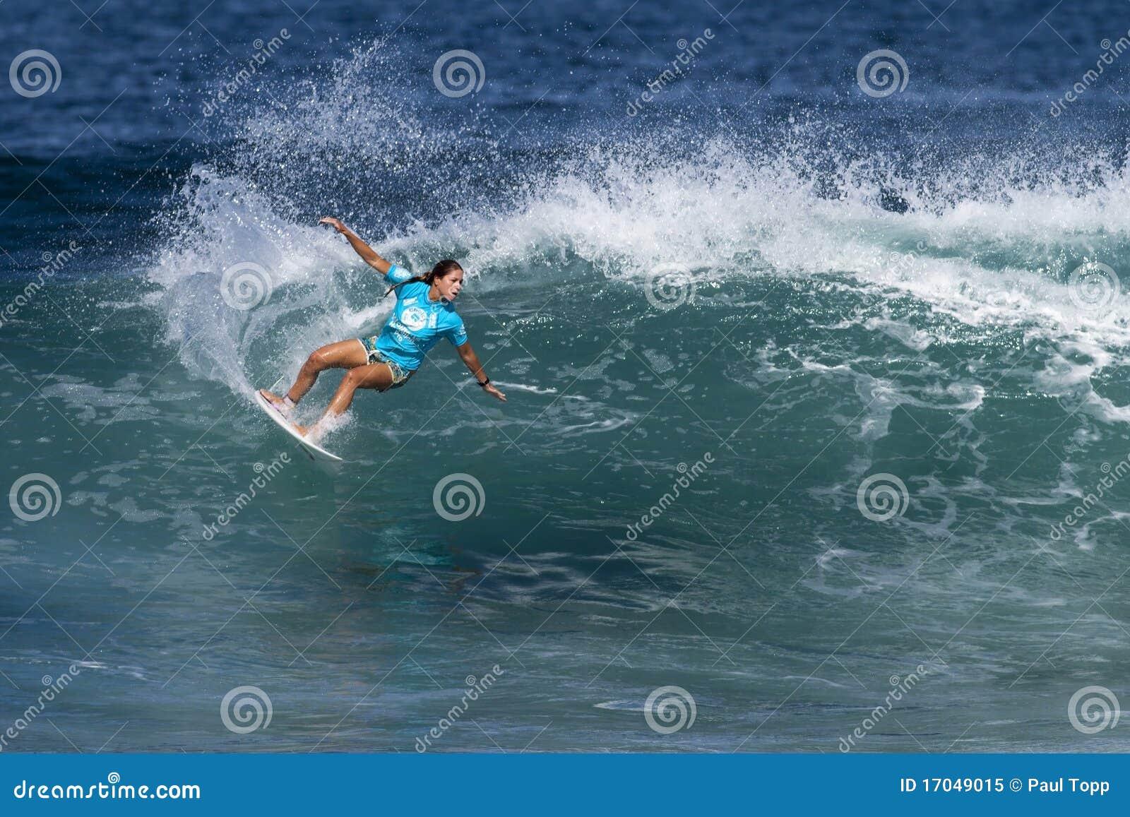 - jacqueline-silva-surfing-hawaiian-pro-17049015