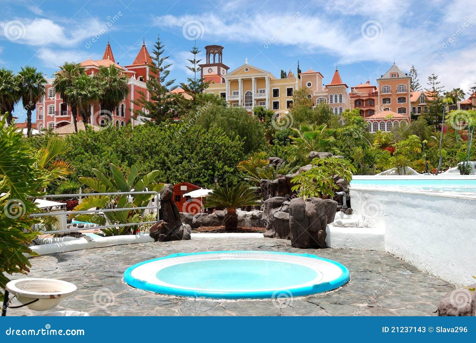 Jacuzzi al aire libre en el hotel de lujo fotos de archivo - Jacuzzi aire libre ...