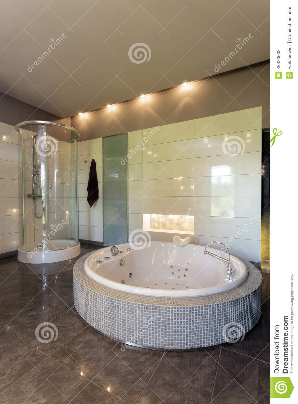 jacuzzi dans la salle de bains spacieuse image stock image 35433633. Black Bedroom Furniture Sets. Home Design Ideas