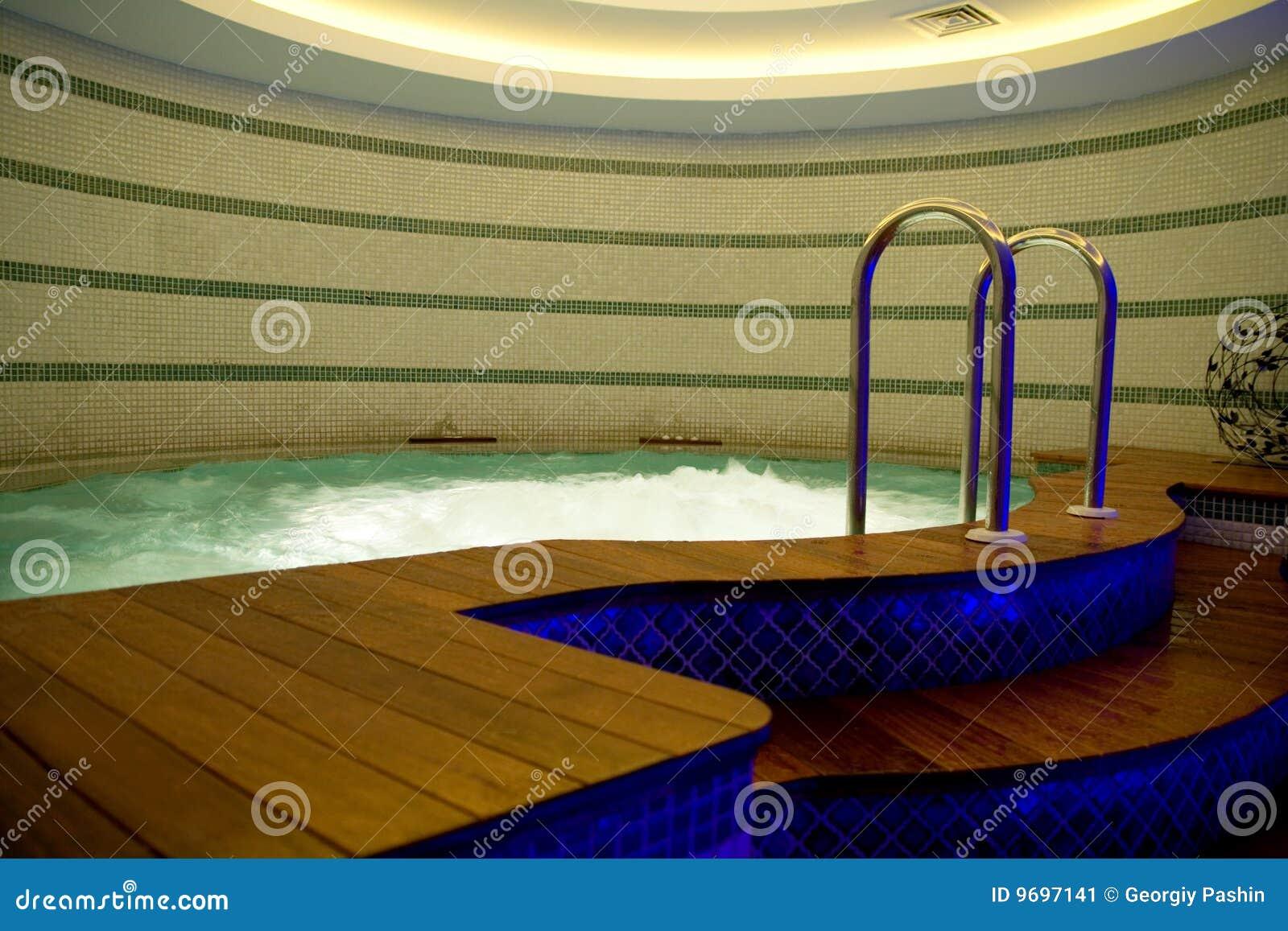 Jacuzzi in dark stock afbeelding afbeelding bestaande uit badkuip 9697141 - Badkuip bel ...