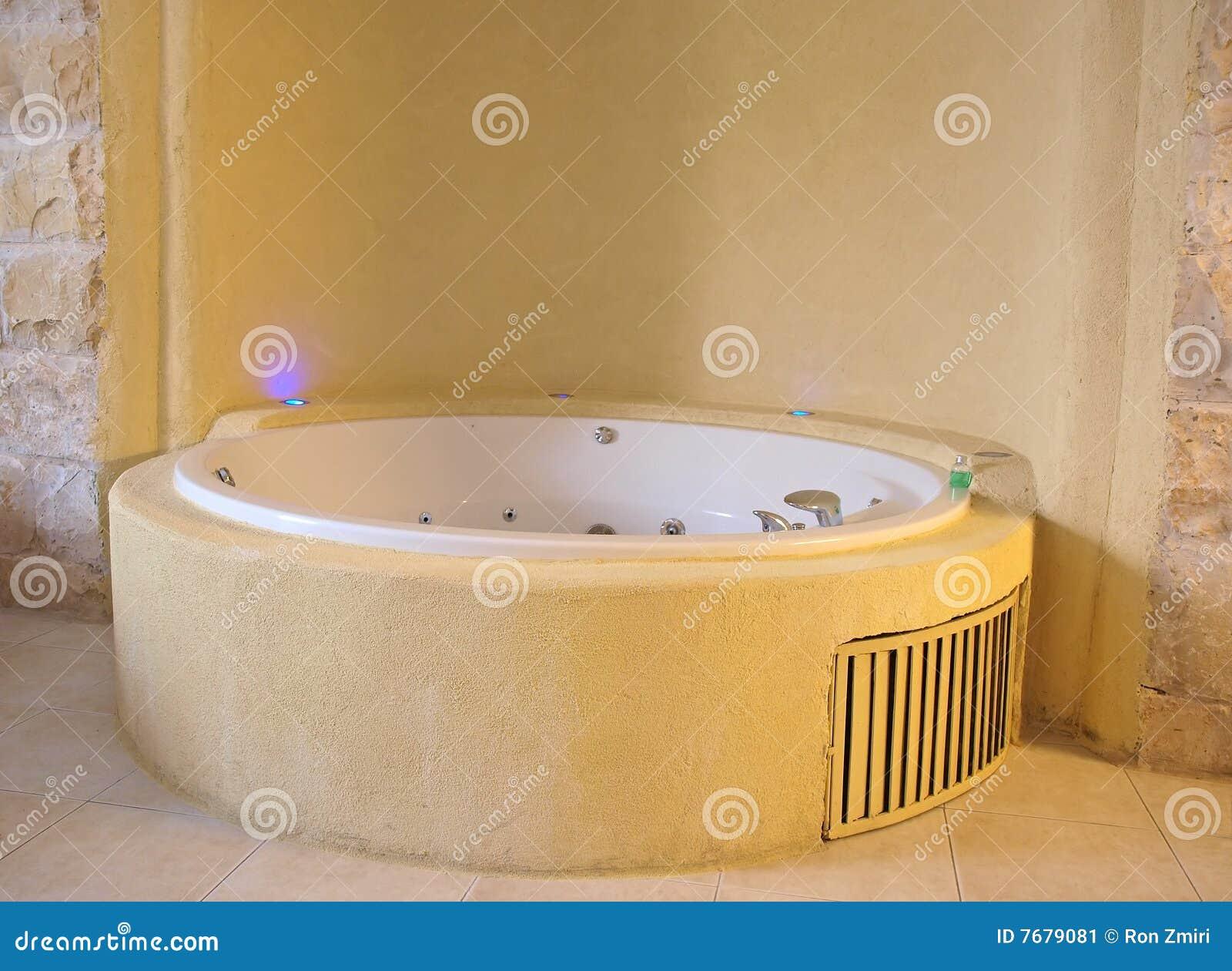 Jacuzzi de la ba era en un cuarto de ba o moderno imagen - Jacuzzi para bano ...
