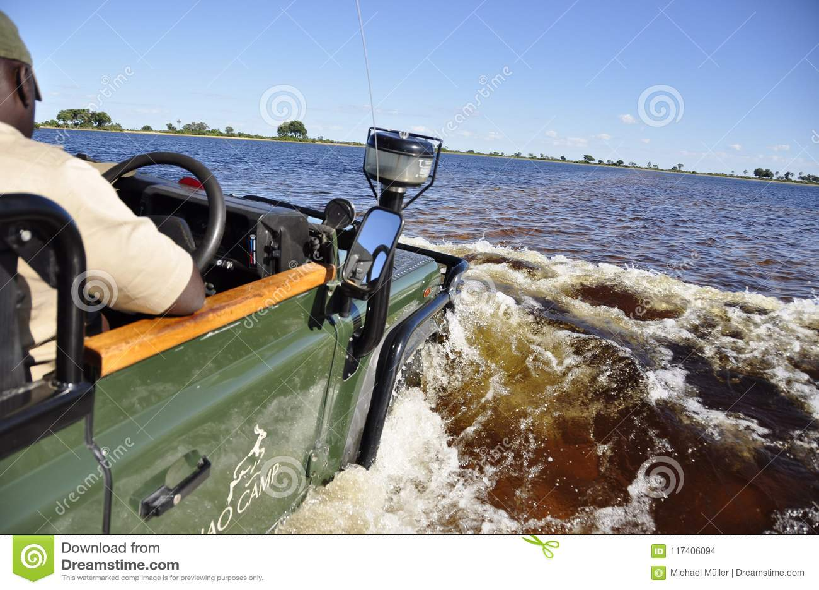 Jadący Landrover przez flodded Okavango Zalewa