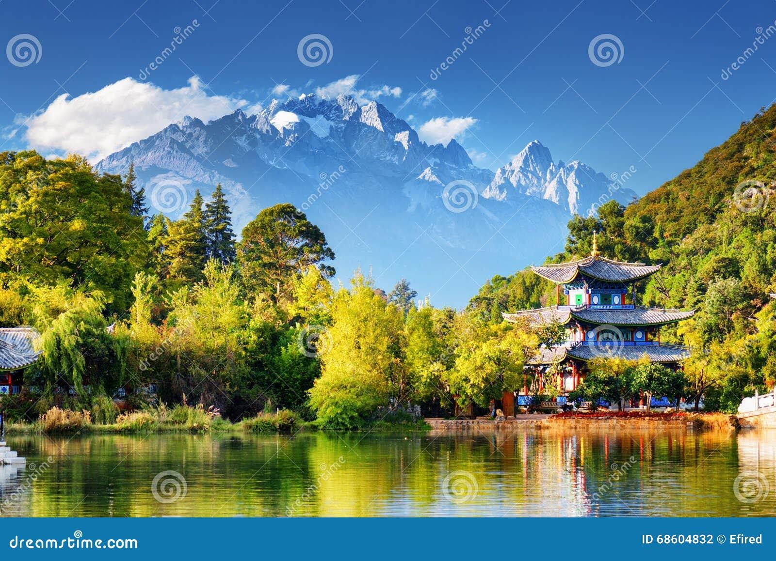 Jade Dragon Snow Mountain och månen som omfamnar paviljongen