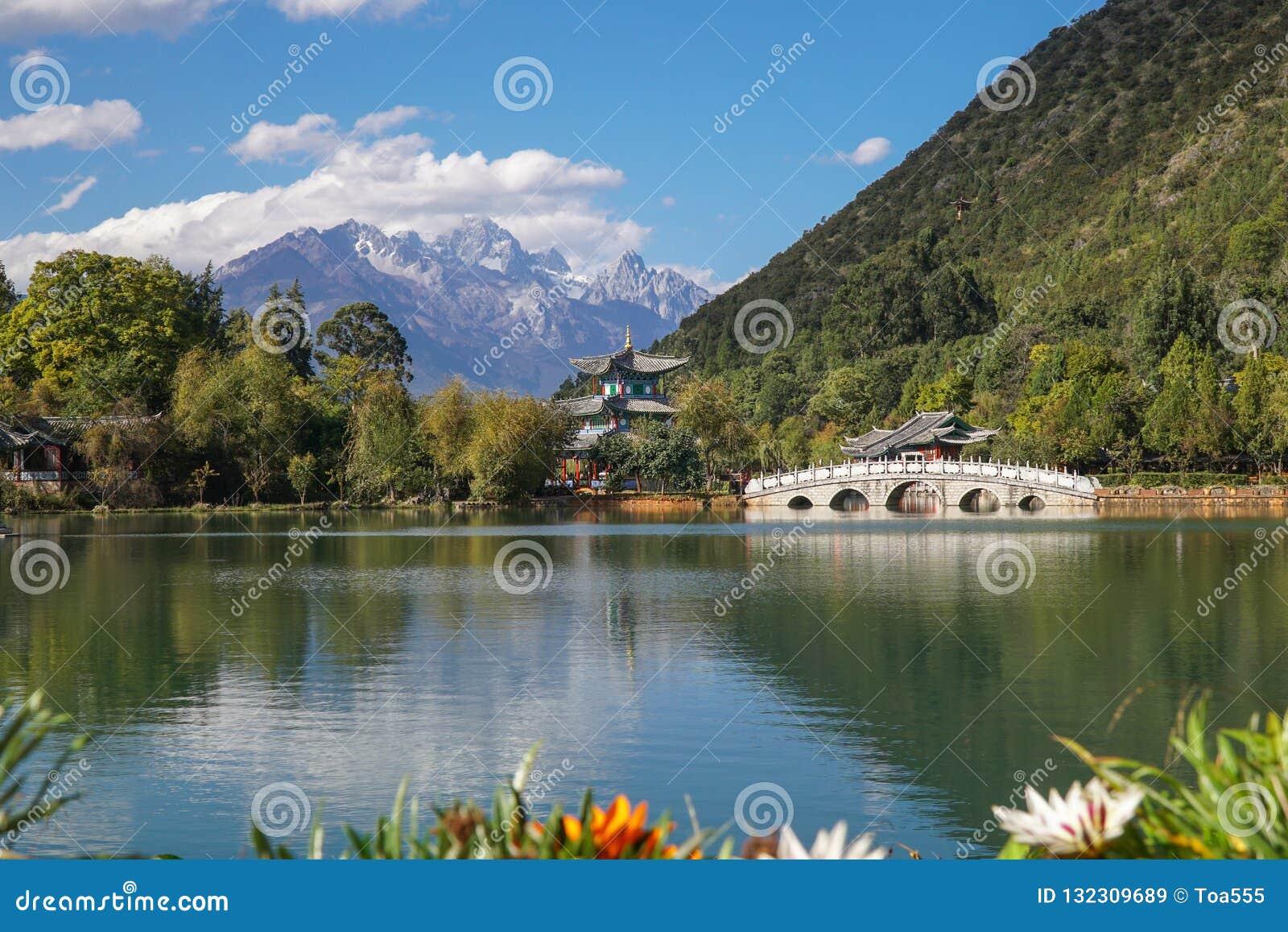 Jade Dragon Snow Mountain och svarta Dragon Pool, Lijiang, Yunnan landskap, Kina