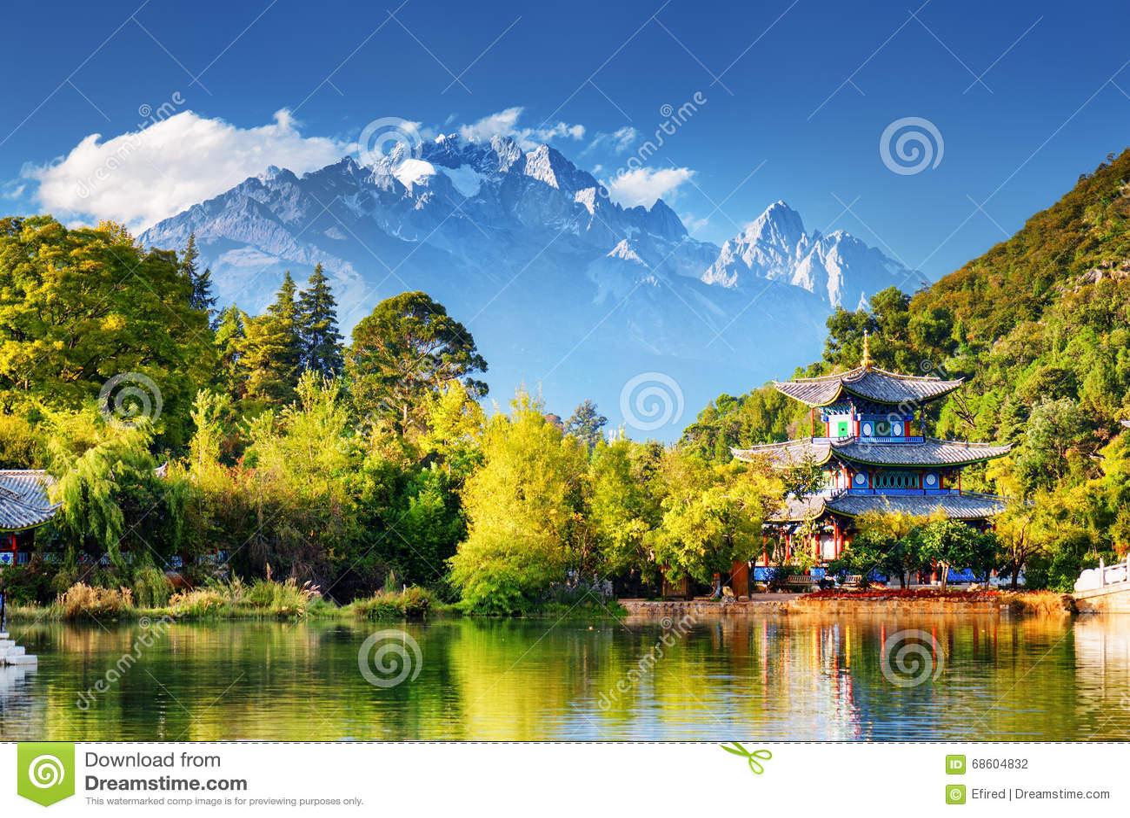 Jade Dragon Snow Mountain und der Mond-Umfassungs-Pavillon
