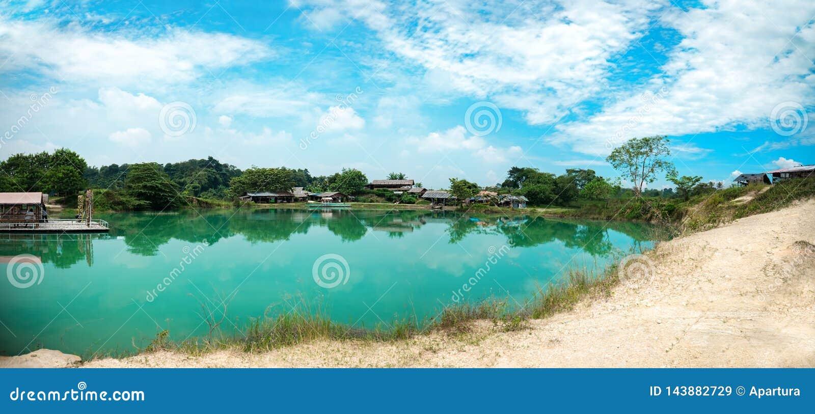 Jade Green Blue Lake paisible propre avec la réflexion de nuage et le ciel bleu Crystal Clear Blue Pond avec le sable blanc chez
