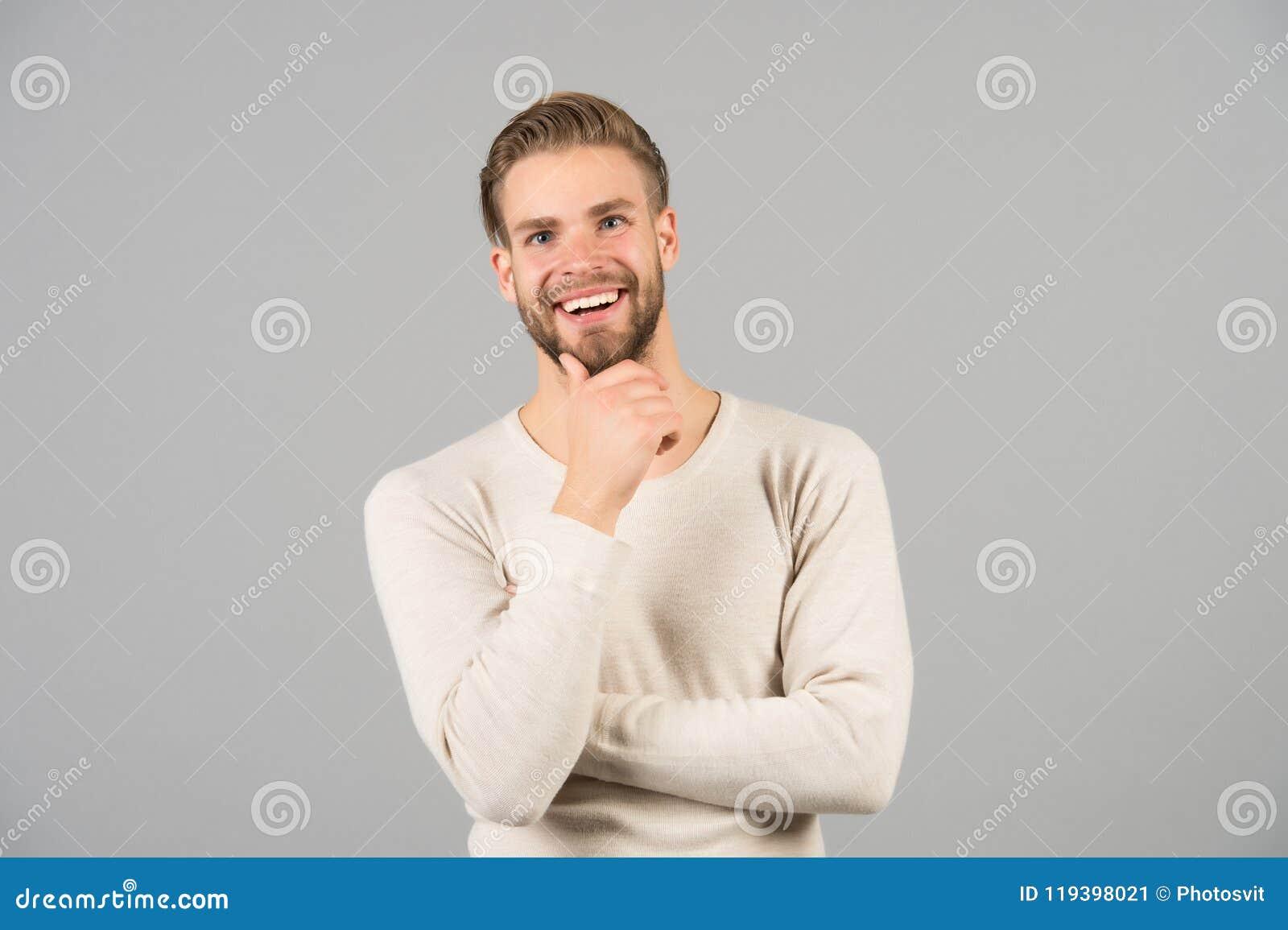 Jag gillar denna idé Skäggig lycklig framsida för man, grå bakgrund Ingen mer tvekan Man med orakade grabbblickar för skägg