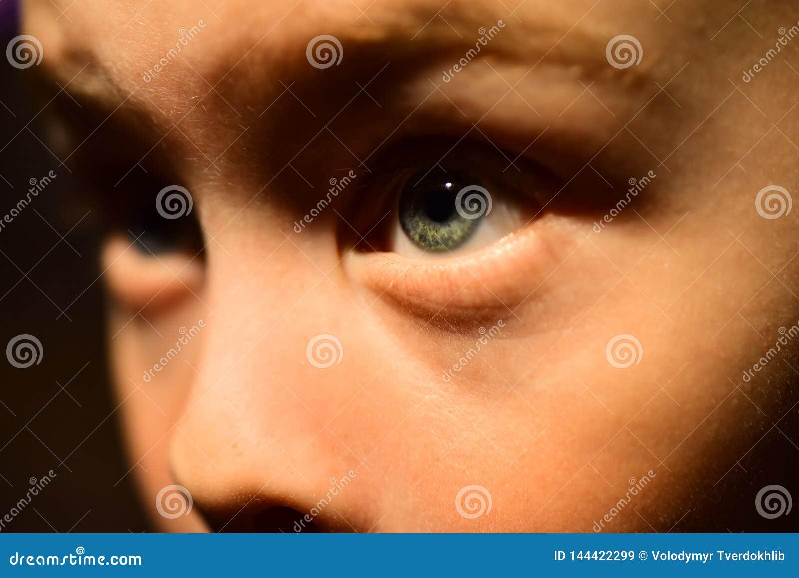 Jag har mycket fattig synförmåga Pys med fattig ögonhälsa Liten pojke i kontaktlins Barndomhälsa synförmåga