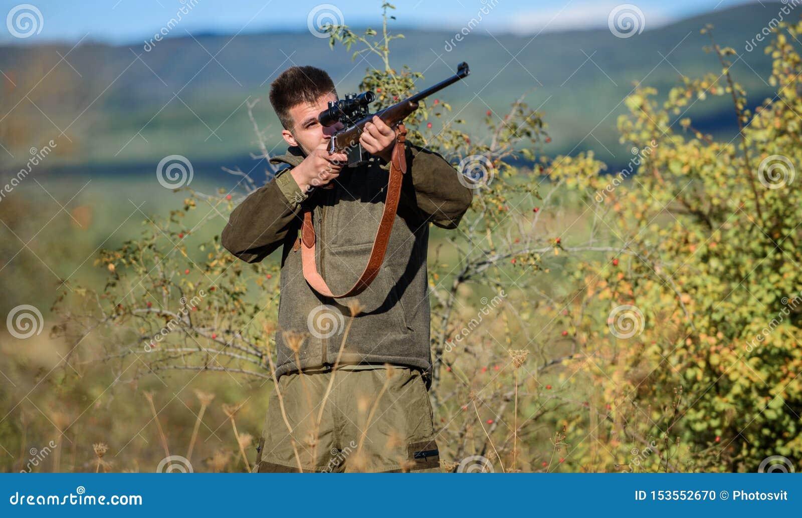 Jaga utrustning f?r professionell Jakt ?r den brutala manliga hobbyen Man som siktar m?lnaturbakgrund siktar