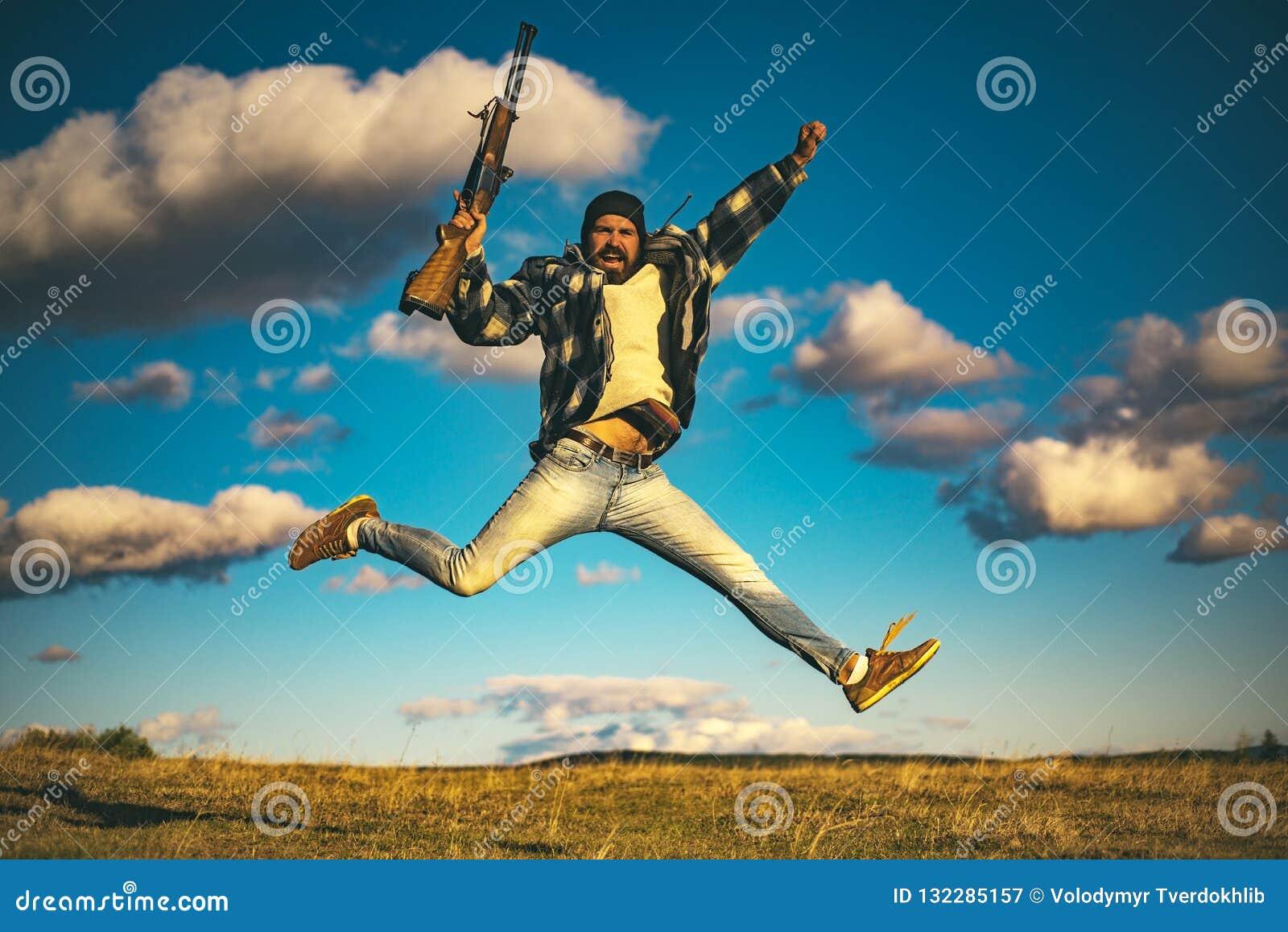 Jager met jachtgeweerkanon op jacht Gekke jager op hemelachtergrond