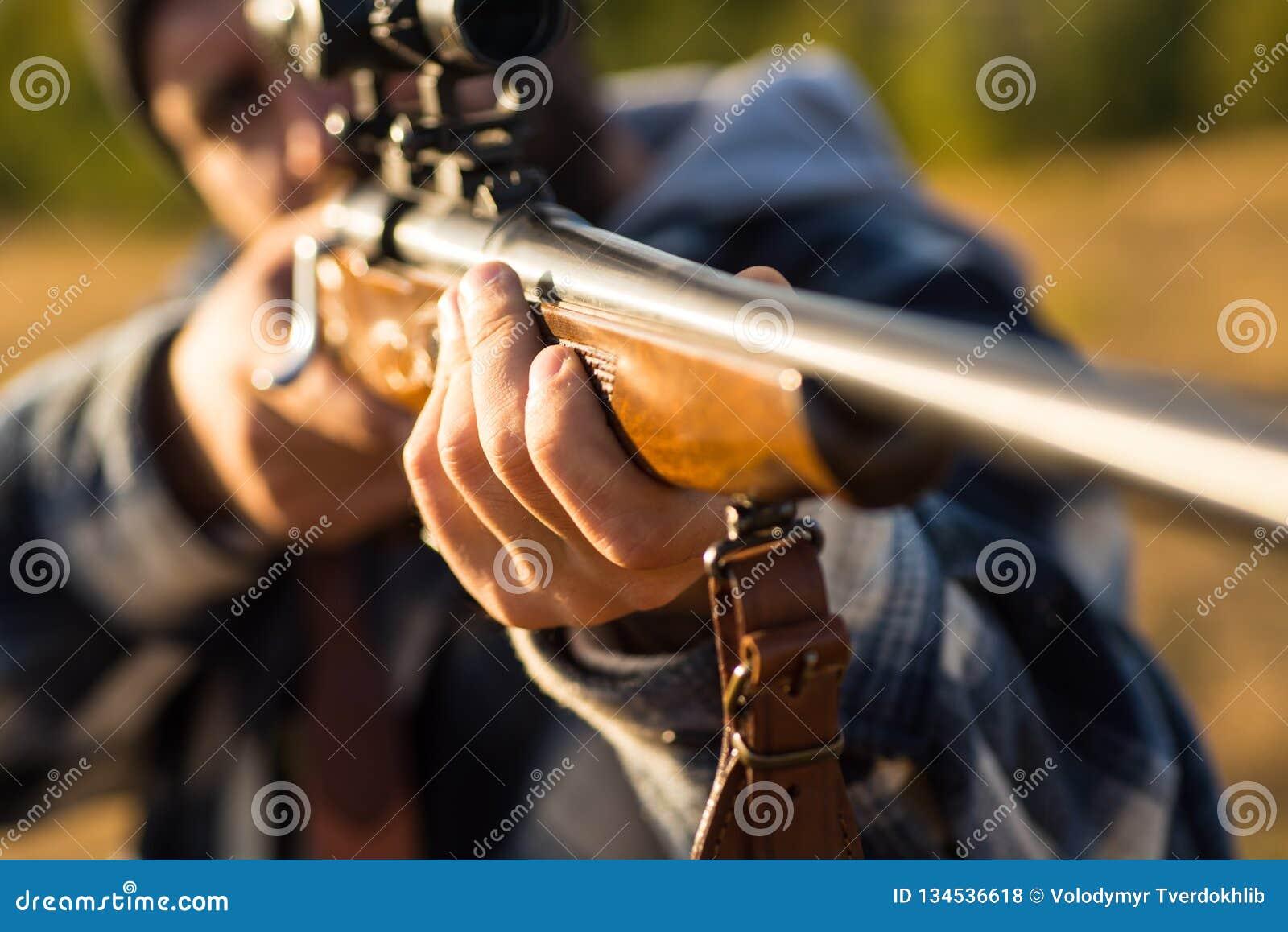 Jager met jachtgeweerkanon op jacht Vat van een kanon Spoor neer De jachttoestel - de Jachtvoorraden en Materiaal