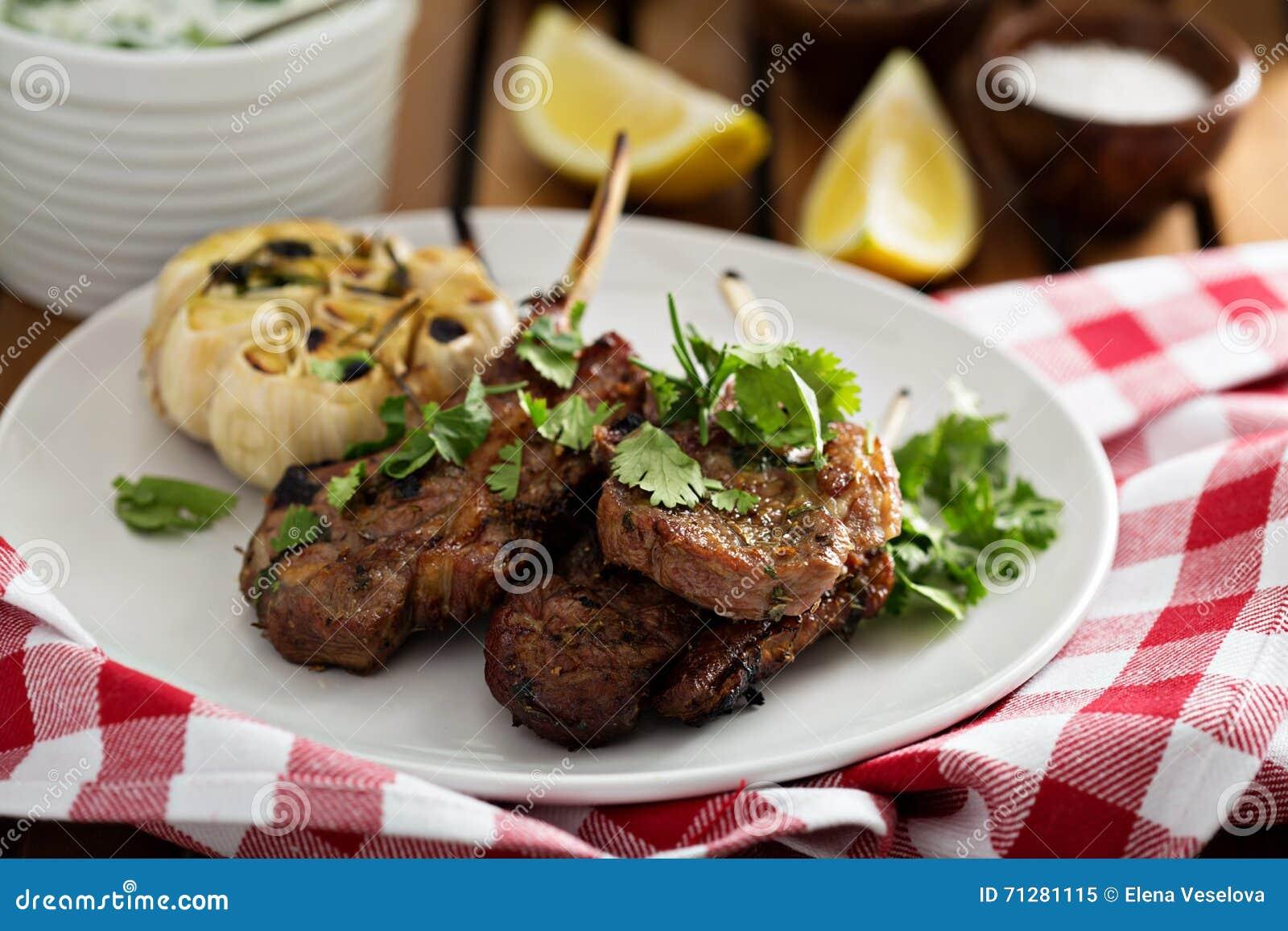 Jagnięcy kotleciki piec na grillu z ziele