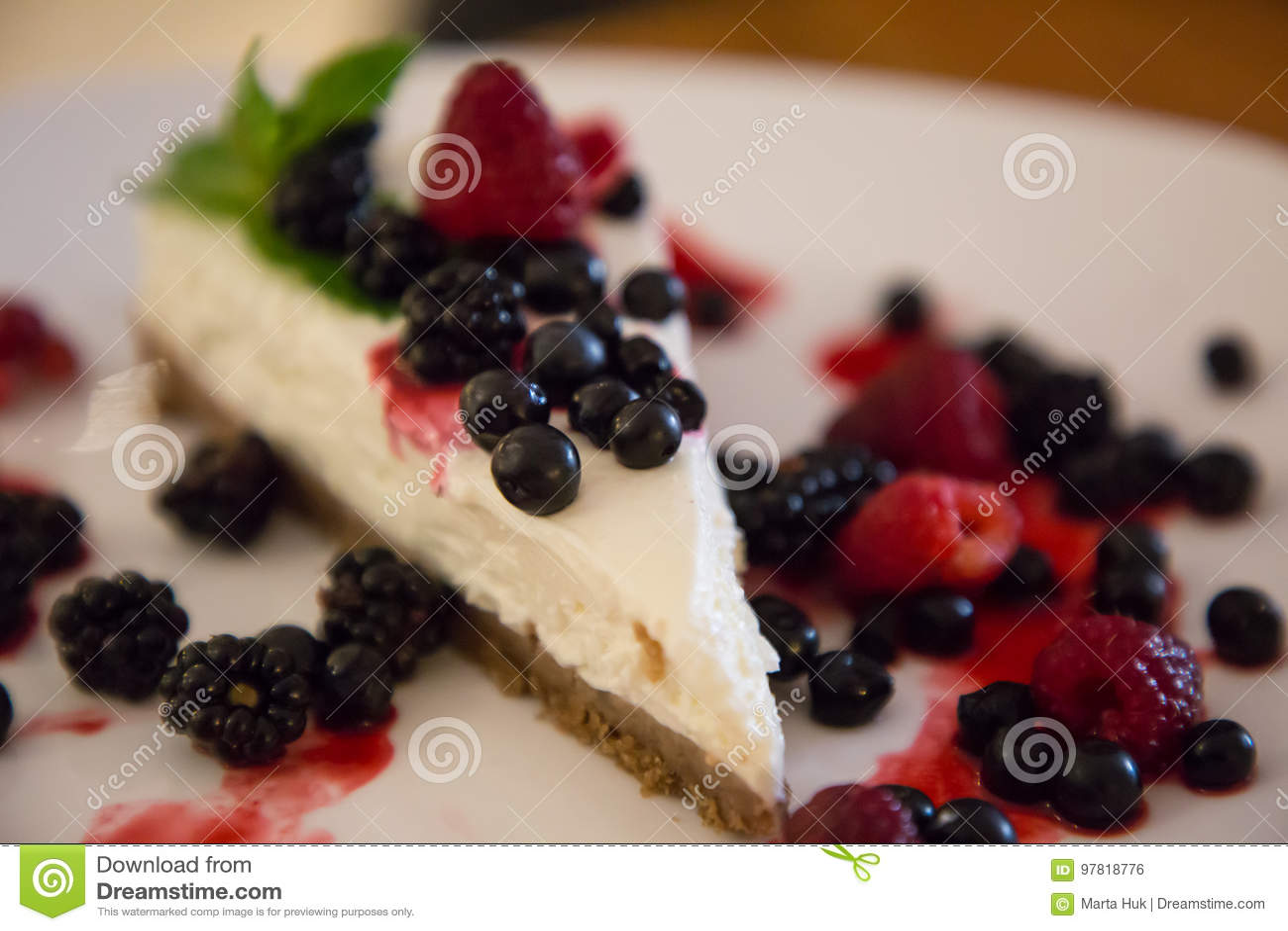 Jagodowy cheesecake z jagodami na talerzu