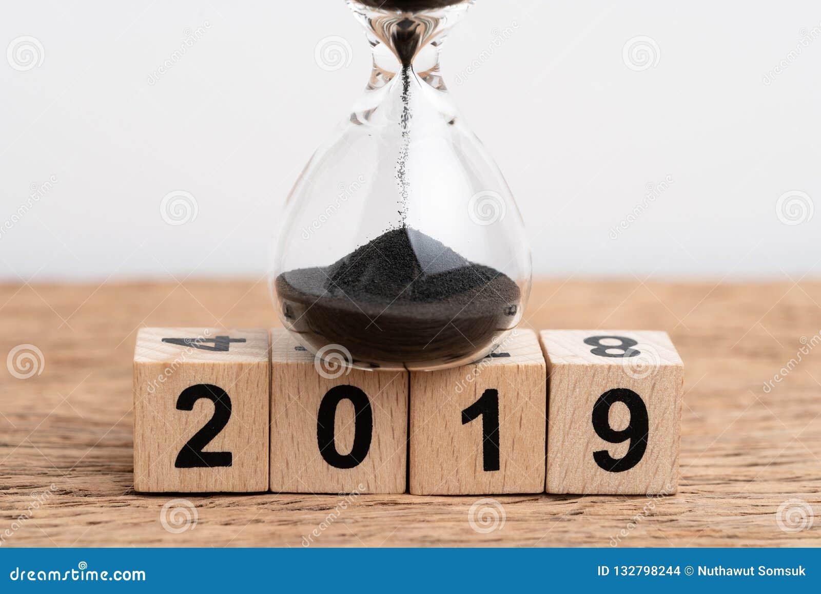 Jahr Betriebs- oder Countdownkonzept mit 2019mal, oben geschlossen von Sand d