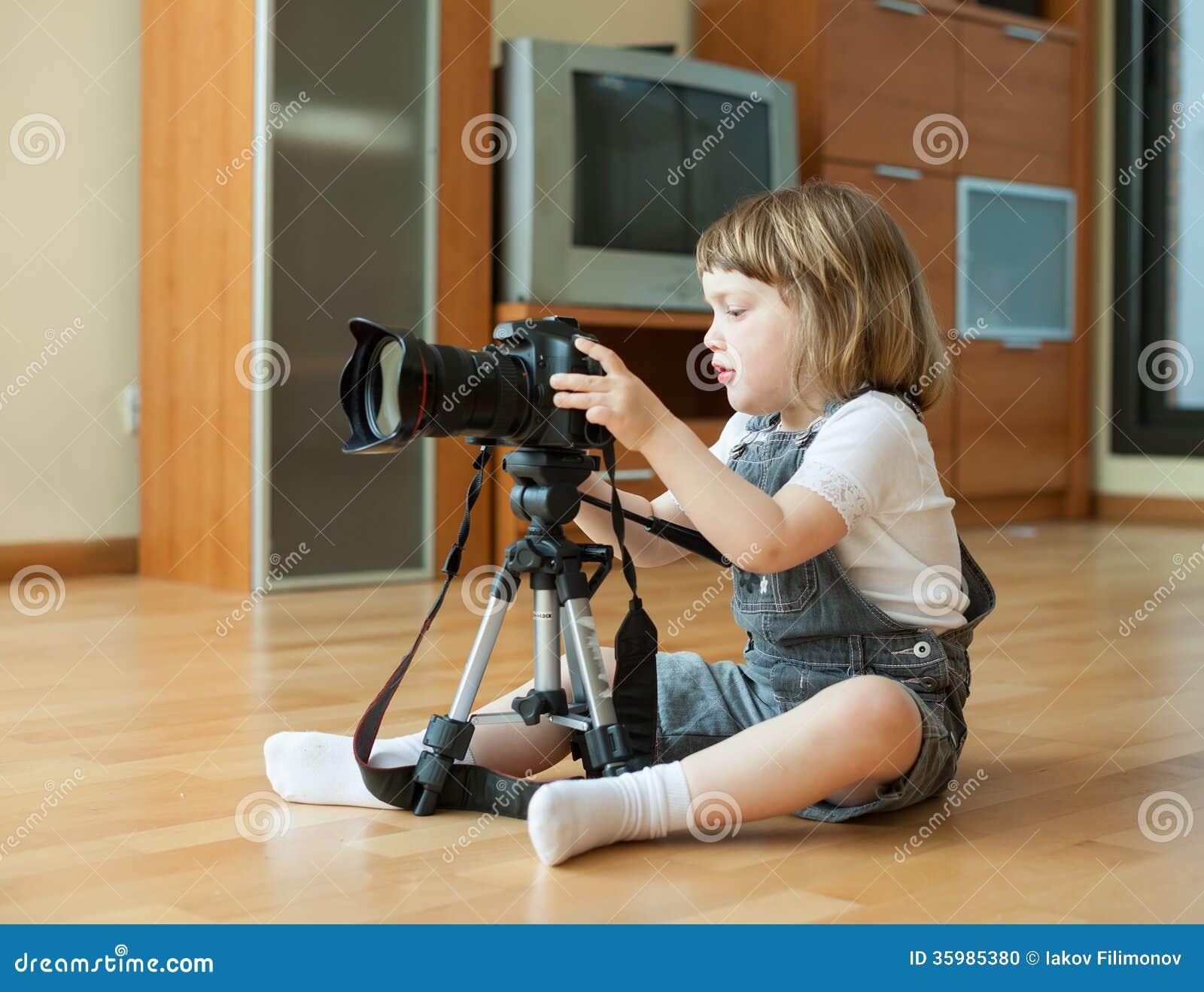 2 Jahre Kind Macht Foto Mit Kamera Stockfoto - Bild von liebhaberei ...