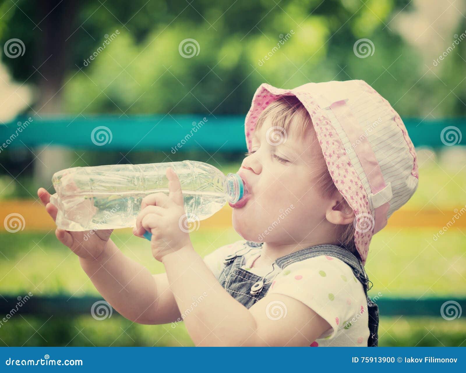2 Jahre Kindergetränke Von Der Plastikflasche Stockfoto - Bild von ...