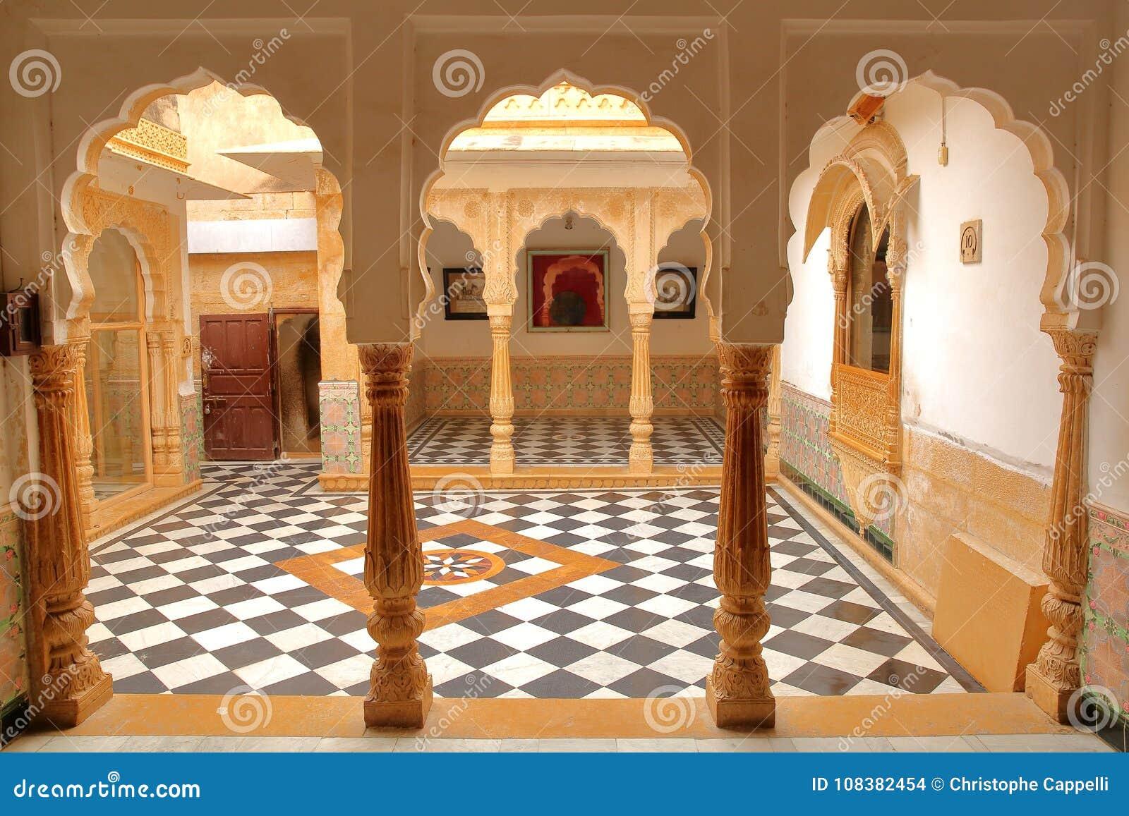 JAISALMER, RAJASTHÁN, LA INDIA - 20 DE DICIEMBRE DE 2017: El interior del palacio del fuerte de Jaisalmer con las arcadas y el pa