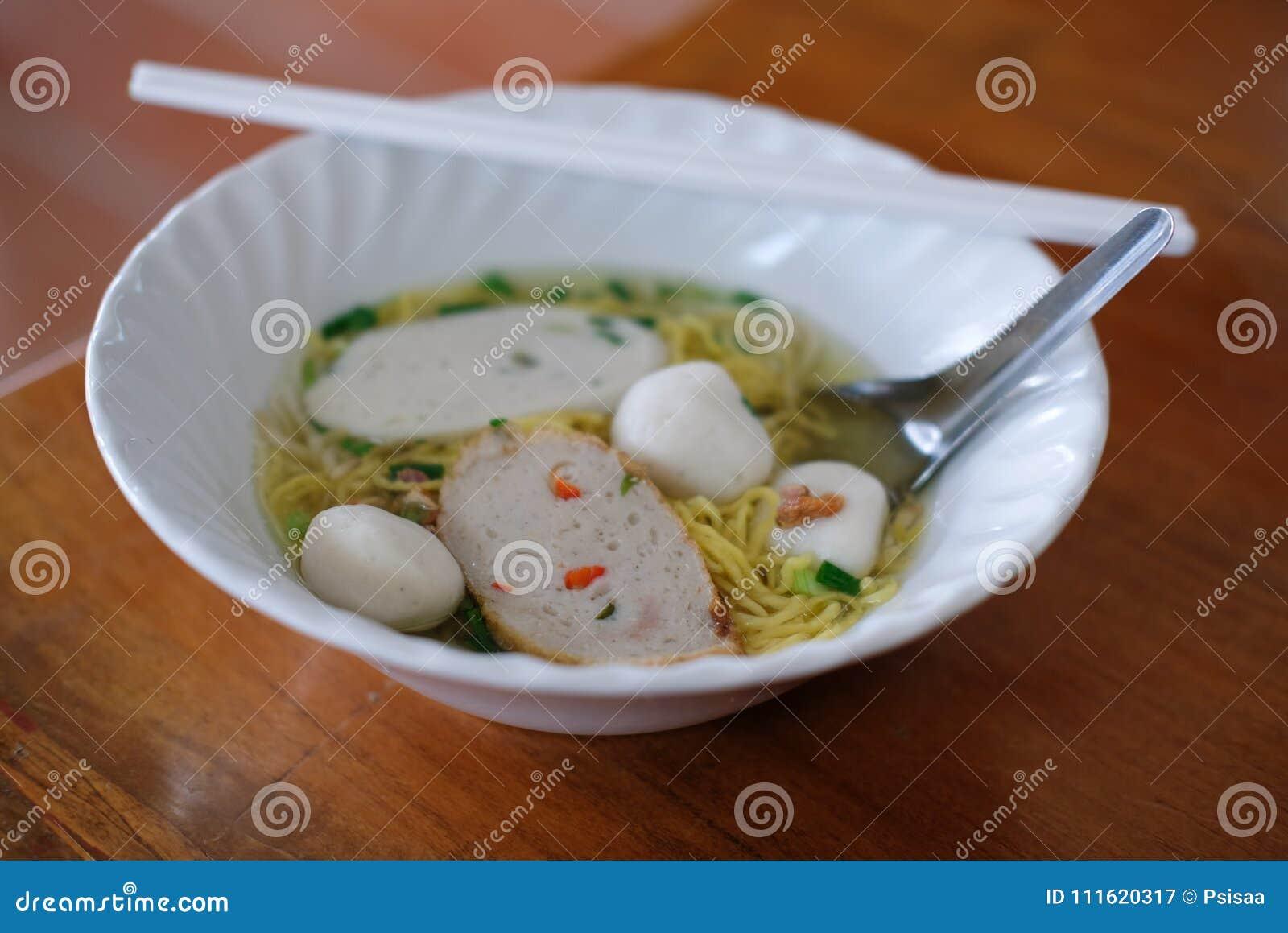 Jajecznego kluski polewka z rybią piłką Tajlandzki lokalny jedzenie