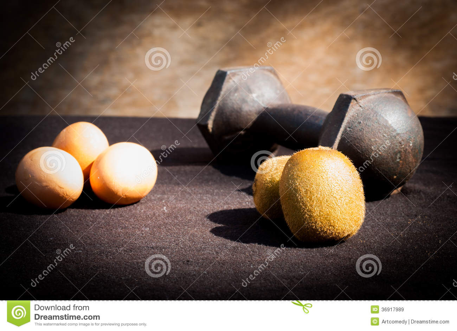 Jajka, kiwi i dumbbells dla trenować,